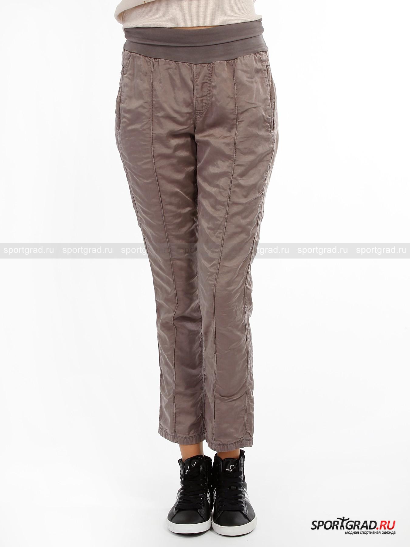 Брюки женские DEHA Tube PantsБрюки<br>Итальянский бренд Deha делает ставку на модели одежды для активных девушек и женщин, стараясь нарочито подчеркнуть утонченность и грацию силуэтов.<br><br>Модель женских брюк Tube Pants изготовлена на хлопковой основе с добавлением уникального материала купро, который получается из медных волокон целлюлозы. Это напрямую влияет на структуру ткани, которая начинает переливаться на свету и становится гладкой. Стоит отметить также и метод обработки материи, которой подверглись эти брюки – искусственное состаривание. Благодаря этому модель получилась заметный винтажный оттенок.<br><br>•Дополнительная вставка в районе талии в виде эластичной материи<br>•Два передних кармана<br>•Зауженный крой<br><br>Пол: Женский<br>Возраст: Взрослый<br>Тип: Брюки<br>Рекомендации по уходу: Деликатная стирка при 30С, не отбеливать, гладить при температуре на выше 110С, сушить в барабане стиральной машины запрещено, химчистка разрешена.<br>Состав: 70% хлопок/30% купро.