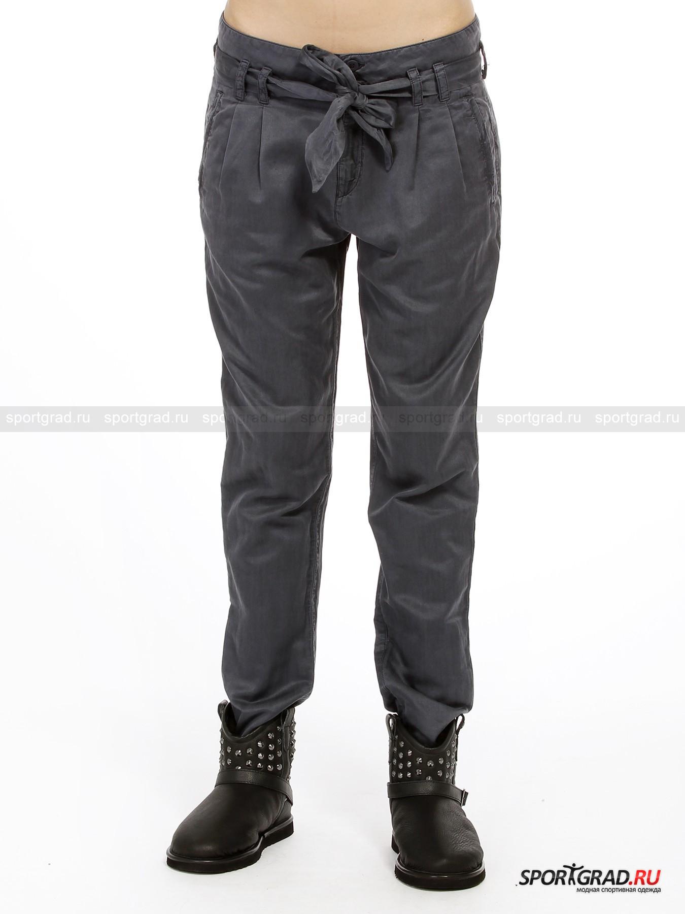 Брюки женские Pants with belt DEHAБрюки<br>Стильные женские брюки Pants with belt DEHA из тонкого, струящегося материала, отлично сочетающегося с модными футболками и элегантными легкими джемперами. Эти симпатичные брюки подойдут и для работы, и для городского отдыха.<br><br>Ткань, из которой сделаны брюки, почти наполовину состоит из шелка, что придает модели красивый атласный отблеск и гладкую, приятную на ощупь текстуру. Благодаря зауженному крою брюки чудесно сидят, подчеркивая фигуру.<br><br>Особенности модели:<br>- застежка-молния и две пуговицы;<br>- петли для ремня;<br>- пояс-лента;<br>- два кармана;<br>- небольшие отвороты внизу штанин;<br>- фирменная шлевка с надписью DEHA.<br><br>Пол: Женский<br>Возраст: Взрослый<br>Тип: Брюки<br>Рекомендации по уходу: стирка в теплой воде до 30 С; не отбеливать; гладить слегка нагретым утюгом (температура до 110 C); только сухая чистка; нельзя выжимать и сушить в стиральной машине<br>Состав: Основной материал: 60% хлопок, 40% шелк.