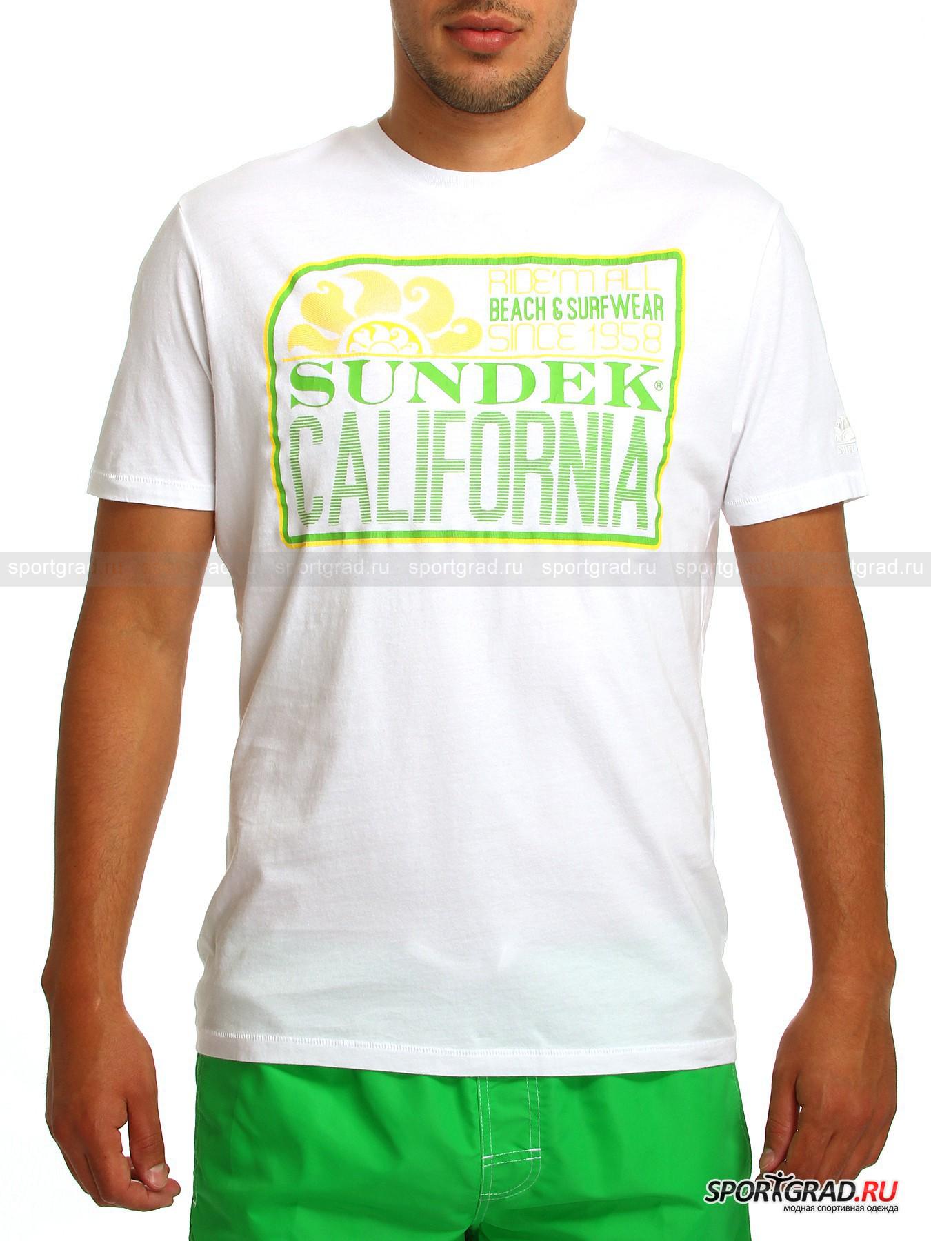 Футболка мужская  SUNDEKФутболки<br>Мужская футболка SUNDEK с цветным солнечным принтом на груди украсит собой Ваши будни и выходные, а также приятно порадует своим комфортом и удобством: дышащая воздухопроводимая и гигроскопичная ткань, полуприлегающий покрой понравятся даже людям с повышенностью чувствительностью кожи. <br><br>Футболка имеет округлый вырез горловины и короткие втачные рукава, один из которых украшен небольшим вышитым логотипом в тон. <br><br>Длина изделия сзади по центру от горловины до низа 74 см, ширина в груди 51 см, длина рукава по нижнему шву 8 см (размер L).<br><br>Пол: Мужской<br>Возраст: Взрослый<br>Тип: Футболки<br>Рекомендации по уходу: Рекомендуется стирка в прохладной воде. Глажка при средней температуре, допускается деликатный отжим в центрифуге.  Изделие нельзя отбеливать и подвергать химчистке.<br>Состав: 100% хлопок