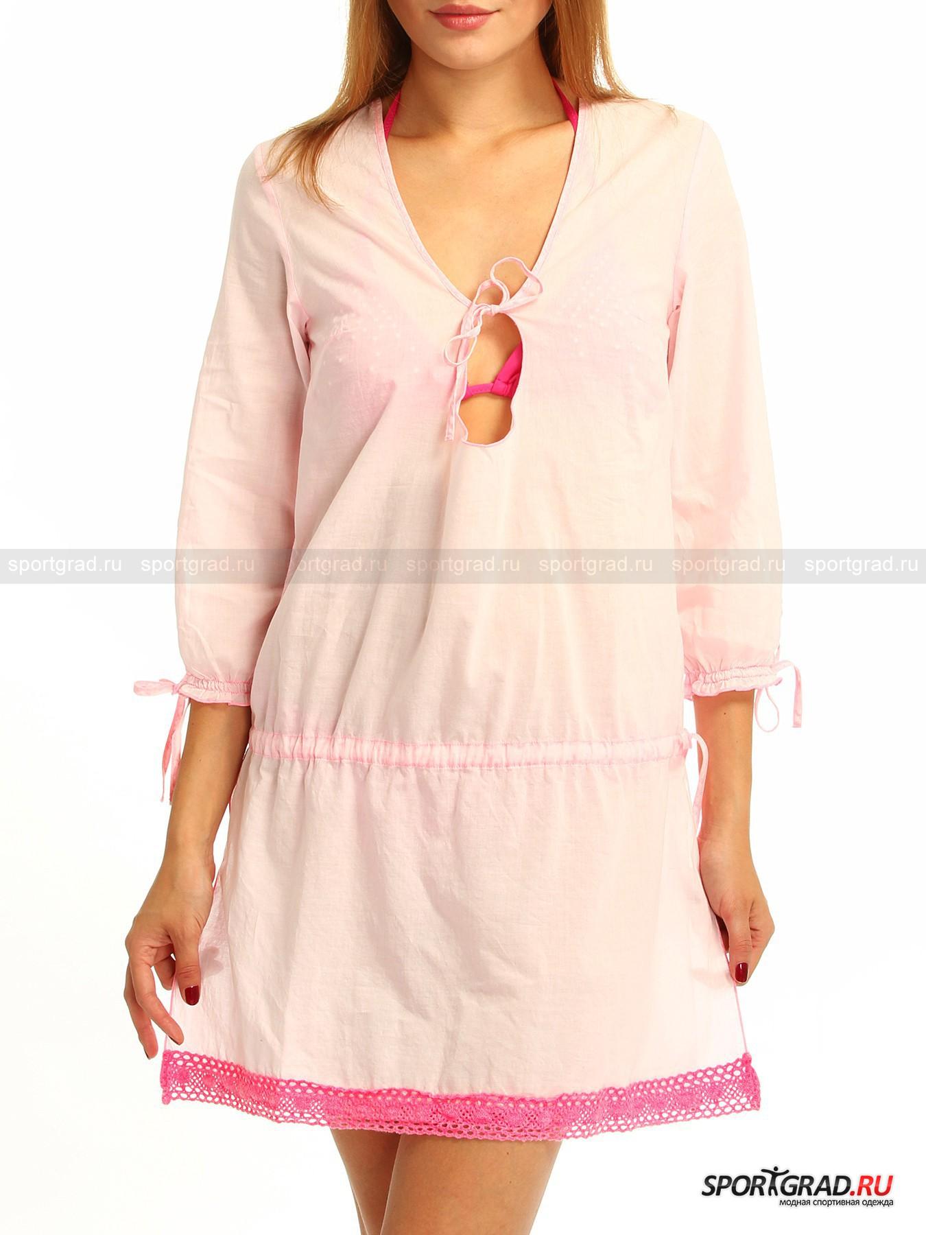 Туника женская пляжная  SUNDEKРубашки<br>Если в женской пляжной тунике SUNDEK нежно-розового цвета, открывающей длинные загорелые ноги, Ваш спутник на отдыхе не сделает комплимента: «Ты ступаешь по кромке моря словно нежный и трепетный фламинго» - смело меняйте спутника! Потому как дивное изделие из дышащего хлопка, отделанное по подолу кружевом, пусть не облегает силуэт, но позволяет ему угадываться сквозь полупрозрачное тонкое полотно, делая Вас легкой, воздушной и хрупкой, будто «дитя заката» (с).<br><br>Исполненная изящества модель имеет:<br>   - глубокий U-образный вырез горловины, «перечеркнутый» тесемкой;<br>- вытачки на груди для идеальной посадки;<br> - рукава ? со шлицами на резинке и завязках;<br>- кулиску на бедрах, с помощью которой можно корректировать свободный фасон модели;<br>- вертикальные боковые разрезы в юбочной части;<br>- металлический значок-нашивку с логотипом фирмы вверху на спинке.<br>Длина рукава по внутреннему шву ок. 34 см, длина сзади по центру от горловины до низа 82, 5 см, ширина груди 45 см (размер S).<br><br>Пол: Женский<br>Возраст: Взрослый<br>Тип: Рубашки<br>Рекомендации по уходу: Изделию показана машинная стирка при температуре 30°, глажка при температуре, не превышающей 110°, и химчистка. Запрещены отбеливание и сушка в барабане или электросушилке для белья.<br>Состав: 100% хлопок