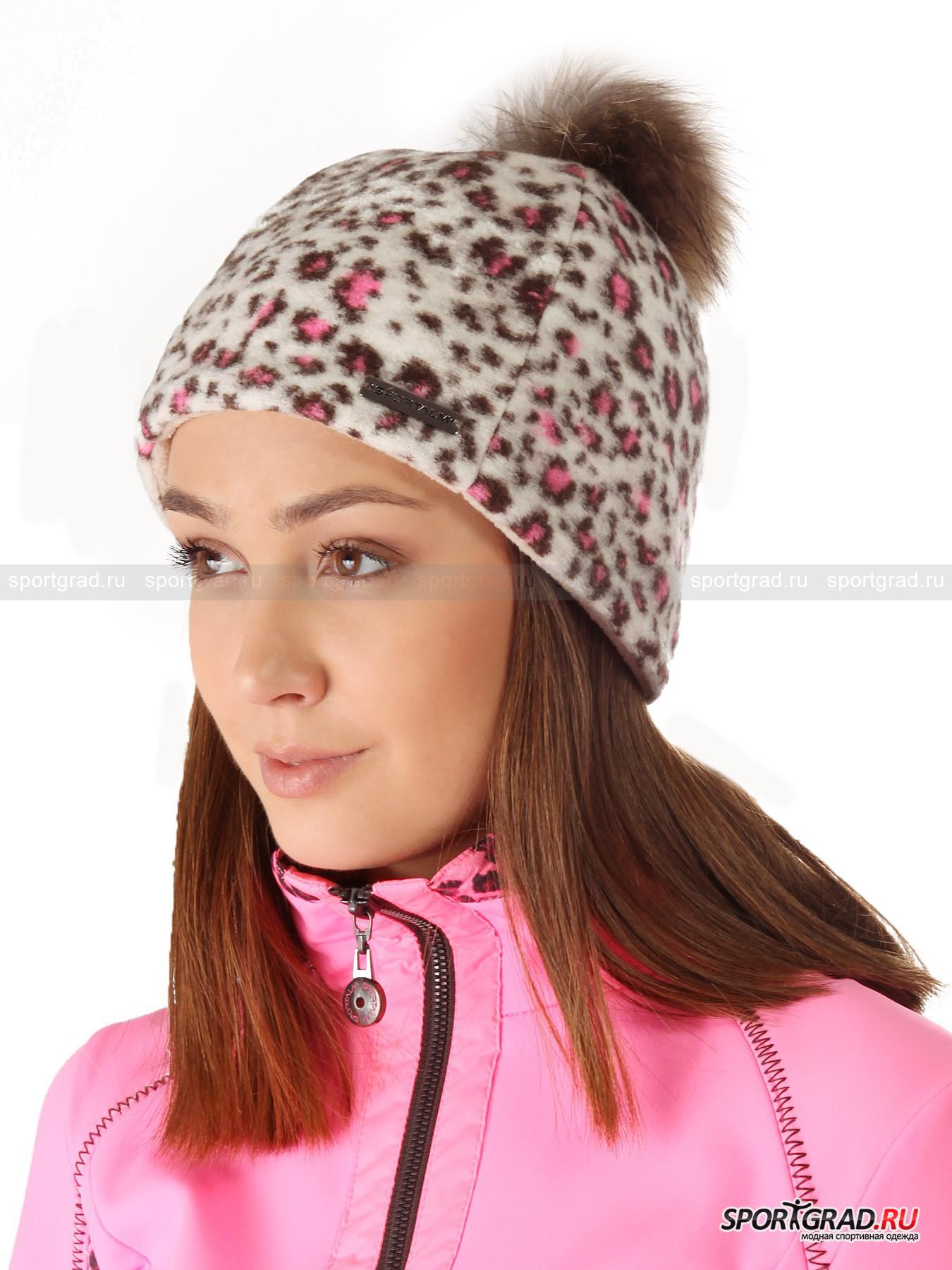 Шапка женская SPORTALM на флисовой подкладкеГоловные Уборы<br>Принтованная женская шапка SPORTALM на мягкой флисовой подкладке с помпоном из натурального меха – удачная модель для горнолыжного спорта и вылазок на природу в черте города, которая не даст ушам замерзнуть, впитает испарину и оперативно выведет ее наружу, позволив коже головы «дышать».<br><br>Благодаря шерсти в составе верхнего слоя изделие отличается превосходными термоизоляционными свойствами, а за счет мягкого эластичного полотна нижнего - модель может похвастаться плотным, но не сдавливающим головы обхватом. Шапка декорирована фирменным металлическим значком с названием лейбла.<br><br>Длина по окружности 53 см.<br><br>Пол: Женский<br>Возраст: Взрослый<br>Тип: Головные Уборы<br>Рекомендации по уходу: Изделию показана ручная стирка. Запрещены отбеливание, глажка, химчистка и сушка в стиральной машине или электросушилке для белья.<br>Состав: Основное изделие: 60% шерсть, 25% полиэстер, 15% полиакрил. Подкладка: 100% полиэстер. Отделка: мех енота.
