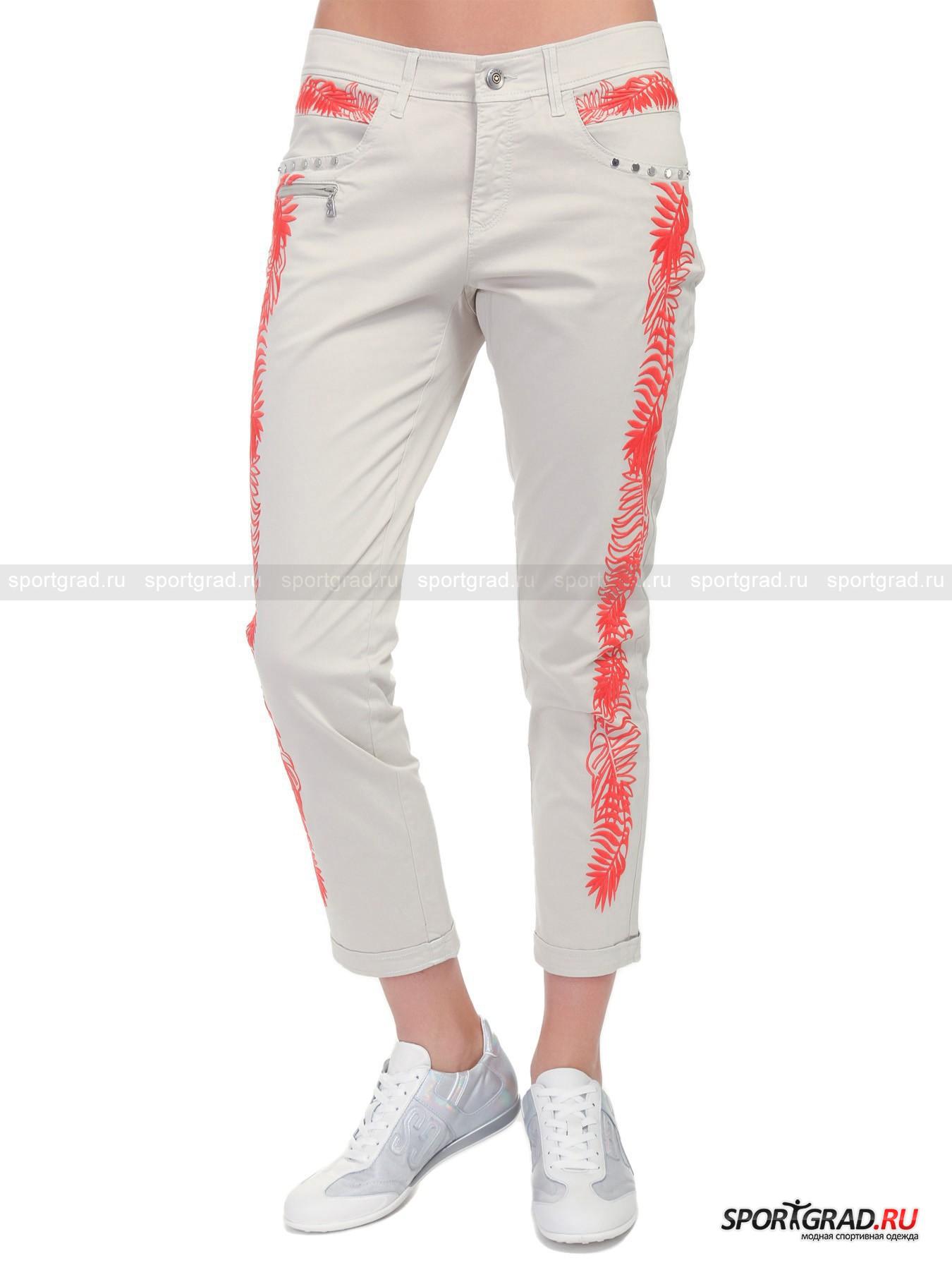 Брюки женские MARTA-G BOGNERБрюки<br>Мягчайшие хлопковые брюки с вышивкой от BOGNER как ни крути станут Вашей любимой вещью в этом сезоне. Аккуратный подворот, зауженный крой и материалы высочайшего качества – всё это о данной изящной женской модели. Всё в отделке этих утончённых брюк продумано до мельчайших деталей. Металлические элементы на карманах гармонично сочетаются с великолепной вышивкой в виде тропических растений, кожаная шлёвка с логотипом BOGNER и сияющими стразами эффектно смотрятся вместе с фирменной поясной пуговицей со звездой, а кокетка на поясе обеспечивает идеальную посадку по Вашей манящей женственной фигуре. Роскошная модель от BOGNER с уникальным запоминающимся дизайном. Только для утончённых модниц.<br><br>Пол: Женский<br>Возраст: Взрослый<br>Тип: Брюки<br>Рекомендации по уходу: Ручная стирка при 30 градусах, не отжимать, гладить при низкой температуре<br>Состав: 95% хлопок, 5% эластан