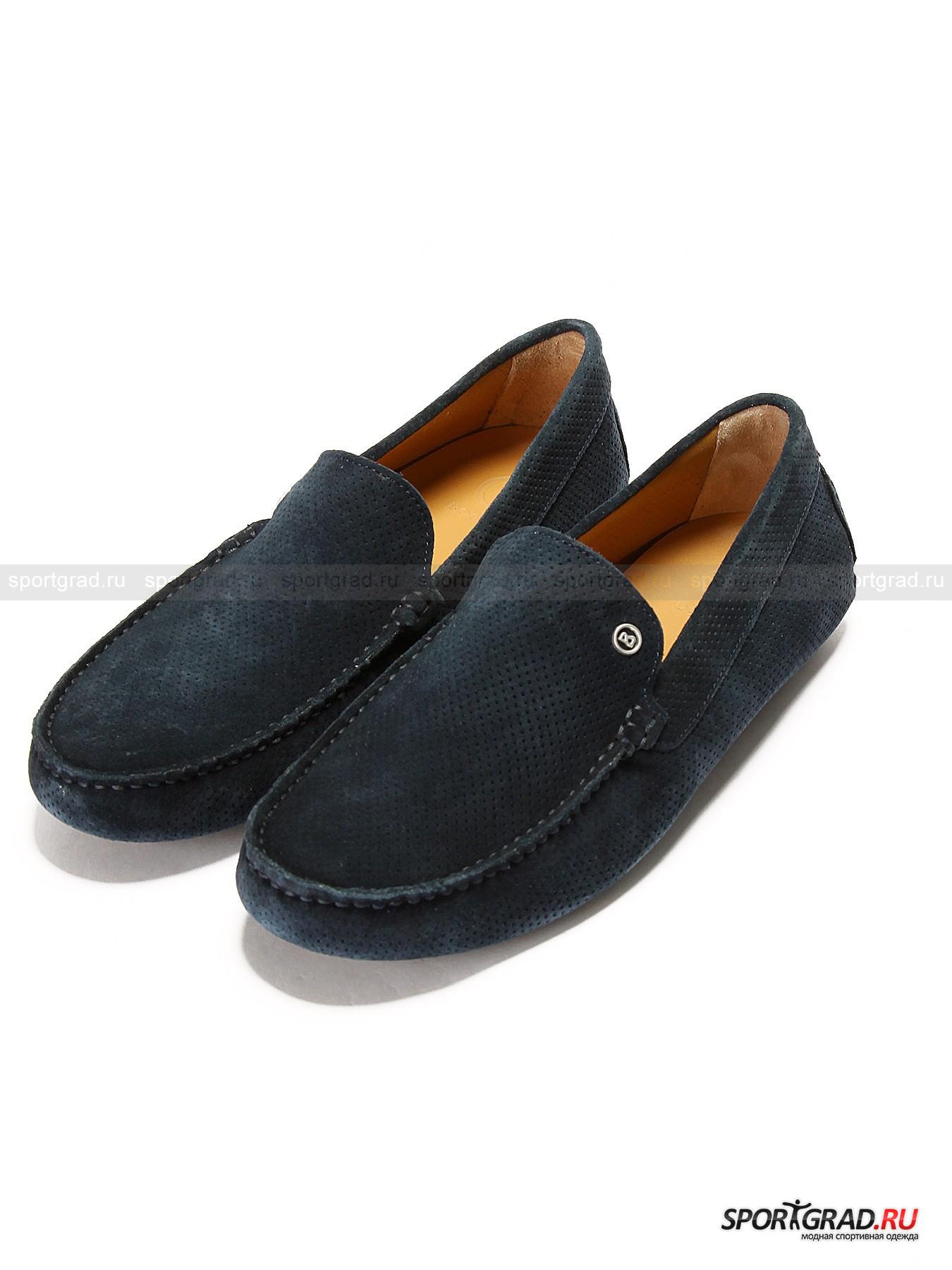 Мокасины мужские Porto cervo 3A BOGNERТуфли<br>Изысканные замшевые мокасины BOGNER созданы для утончённых модников, предпочитающих только лучшее. Натуральная перфорированная замша, из которой сшита данная модель, отличяно вентилируется, что так важно в летний зной. Эти мокасины доставят Вашим ногам настоящее удовольствие от ходьбы, ведь изнутри они отделаны натуральной перфорированной кожей, а также снабжены мягкой стелькой, смягчающей нагрузку на стопы. Нос имеет традиционную прострочку грубой нитью, придающую данной модели тот самый узнаваемый во всём мире облик.  Сзади мокасины декорированы миниатюрным ярлыком в цветную полоску, а спереди фирменным логотипом BOGNER.  Плоская сегментированная подошва с небольшим каблуком позволит ногам расслабиться, а Вам насладиться настоящим европейским комфортом от одного из самых респектабельных немецких брендов.<br><br>Пол: Мужской<br>Возраст: Взрослый<br>Тип: Туфли<br>Рекомендации по уходу: Использовать специальные средства по уходу за замшей.<br>Состав: Натуральная замша, натуральная кожа, резина, металл.