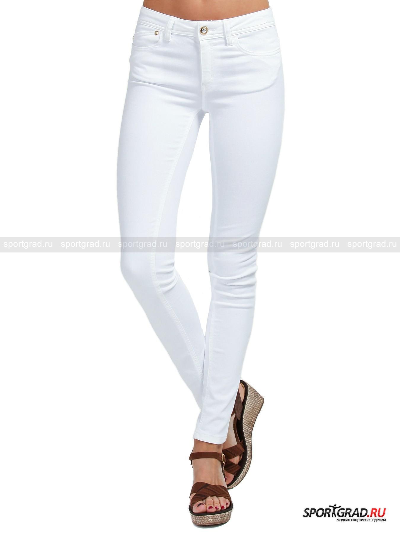 Джинсы женские облегающие JUST CAVALLI с декорированным карманомБрюки<br>Белоснежные женские джинсы-скинни JUST CAVALLI с эффектно декорированным задним карманом, расшитым под шкуру леопарда пайетками, - модель, в которой все будут на Вас заглядываться! Облегающее, зрительно стройнящее и моделирующее за счет кокетки сзади аппетитный контур ягодиц, изделие потрясающе сидит на ногах. При этом оно совершенно не влияет на ходьбу или удобство движений (к примеру, когда Вы присаживаетесь на стул или нагибаетесь поднять оброненную вещь, джинсы не стесняют Вашего комфорта по причине своей плотной, но очень эластичной фактуры).<br><br>Модель имеет:<br>- прочный притачной пояс, снабженный шлевками, в которые можно при желании продеть ремень;<br>- фронтальный разрез на молнии, дополненный двойной защитной планкой и фирменной пуговицей со стразой (запасная имеется в прозрачной пакетике); <br>- три прорезных кармана спереди (самый маленький украшен металлическими клепками) и два накладных сзади.<br>Длина изделия по боковому шву с учетом пояса ок. 102, 5 см, ширина пояса 37 см, ширина в бедрах 37, 5 см (размер 27).<br><br>Пол: Женский<br>Возраст: Взрослый<br>Тип: Брюки<br>Рекомендации по уходу: Изделию показана стирка при температуре строго 30° и глажка при температуре, не превышающей 110°. Запрещено отбеливание, химчистка и сушка в стиральной машине или электросушилке для белья.<br>Состав: 55% хлопок, 42% полиэстер, 3% эластан