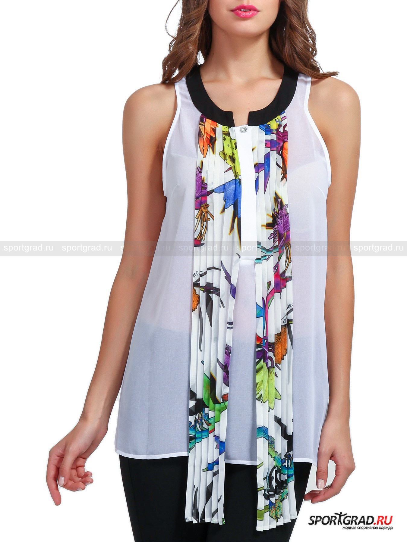 Блузка женская JUST CAVALLI без рукавовРубашки<br>Оригинальная женская блузка JUST CAVALLI с гофрированными, расписанными цветочным принтом оборками, обрамляющими супатную застежку, - нетривиальная летняя модель, имитирующая свободно ниспадающие концы «шарфика» спереди, которые будут забавно развеваться при ходьбе, приковывая к Вам внимание. Благодаря своему элегантному внешнему облику изделие из прозрачного полотна, дополненное строгими укороченными брюками, будет уместно смотреться на корпоративе, в аутлет-центре и в любом другом месте, где бы Вам хотелось произвести на окружающих впечатление. <br><br>Блузка имеет:<br>- свободный крой;<br>- округлый вырез горловины, обрамленный контрастным по цвету воротником-стойкой;<br>- удобную широкую пройму с фигурным подрезом сзади;<br>- вытачки на груди для лучшей посадки;<br>- разрез на пуговицах, прикрытый потайной планкой, оставившей на поверхности видимой квадратную пуговку-стразу (в прозрачном пакетике имеется такая запасная).<br>Длина изделия сзади по центру от верхней точки до низа ок. 65 см, ширина в груди 48 см, ширина по бедрам 51 см (размер S).<br><br>Пол: Женский<br>Возраст: Взрослый<br>Тип: Рубашки<br>Рекомендации по уходу: Изделию показана глажка при температуре, не превышающей 110°, и бережная химчистка. Запрещены стирка, отбеливание и сушка в стиральной машине или электросушилке для белья.<br>Состав: 100% полиэстер