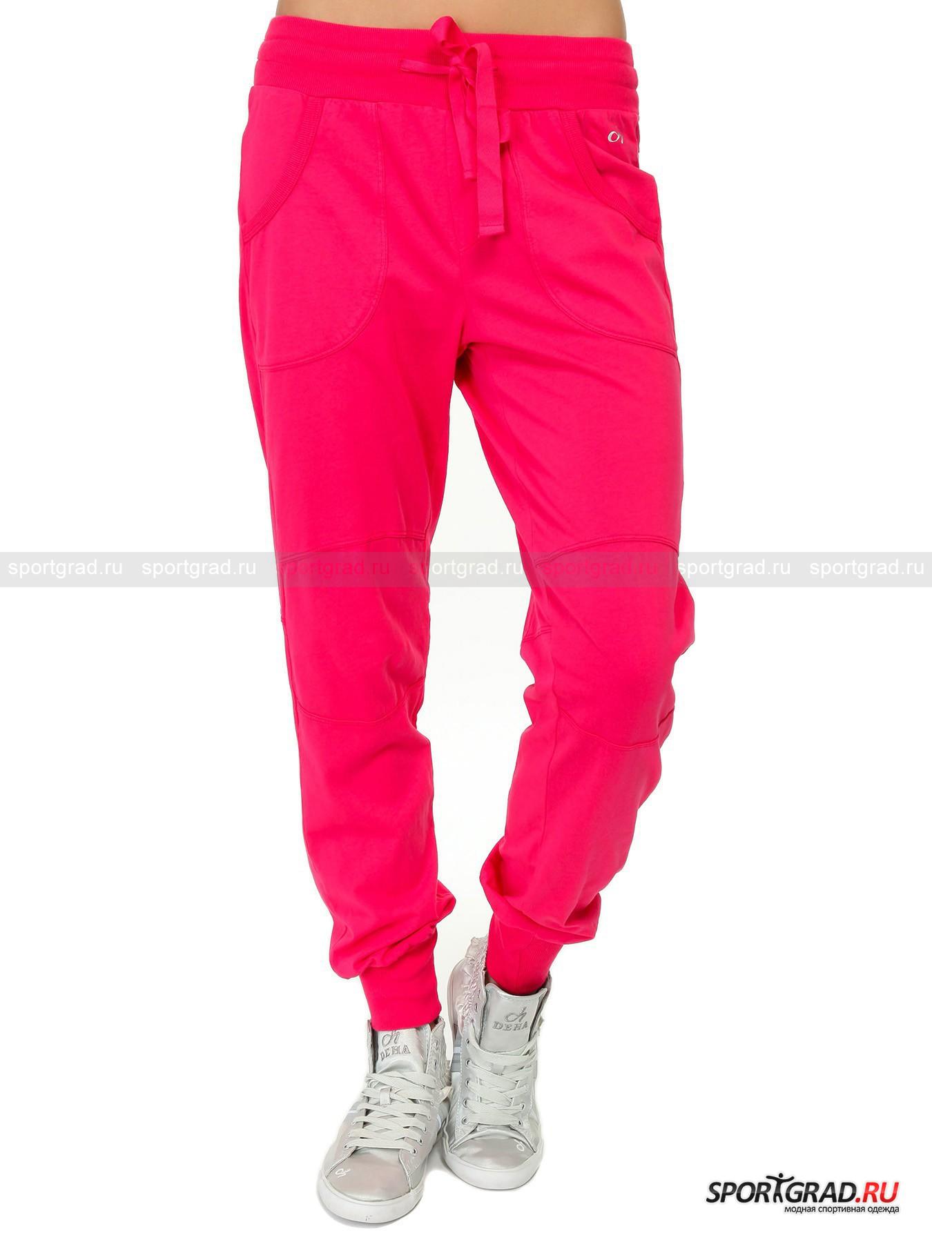 Брюки женские в спортивном стиле Pants DEHAБрюки<br>Многие люди любят заниматься спортом в одежде ярких цветов. Это желание вполне понятно – жизнерадостные оттенки поднимают настроение и заряжают энергией, столь необходимой на пути к спортивным свершениям. В этих броских хлопковых брюках модного цвета фуксии вы точно с легкостью будете совершенствовать результаты и расти над собой каждый день.<br><br>Особенности модели:<br>- эластичный пояс с шнурком на кулиске;<br>- трикотажные манжеты внизу штанин;<br>- поперечные швы в области коленей;<br>- кокетка и два полукруглых накладных кармана сзади;<br>-  глубокие прорезные карманы спереди, ограниченные декоративным швом;<br>- логотип Deha над левым карманом.<br><br>Пол: Женский<br>Возраст: Взрослый<br>Тип: Брюки<br>Рекомендации по уходу: стирка в теплой воде до 30 С; не отбеливать; гладить слегка нагретым утюгом (температура до 120 C); только сухая чистка; нельзя выжимать и сушить в стиральной машине<br>Состав: 100% хлопок