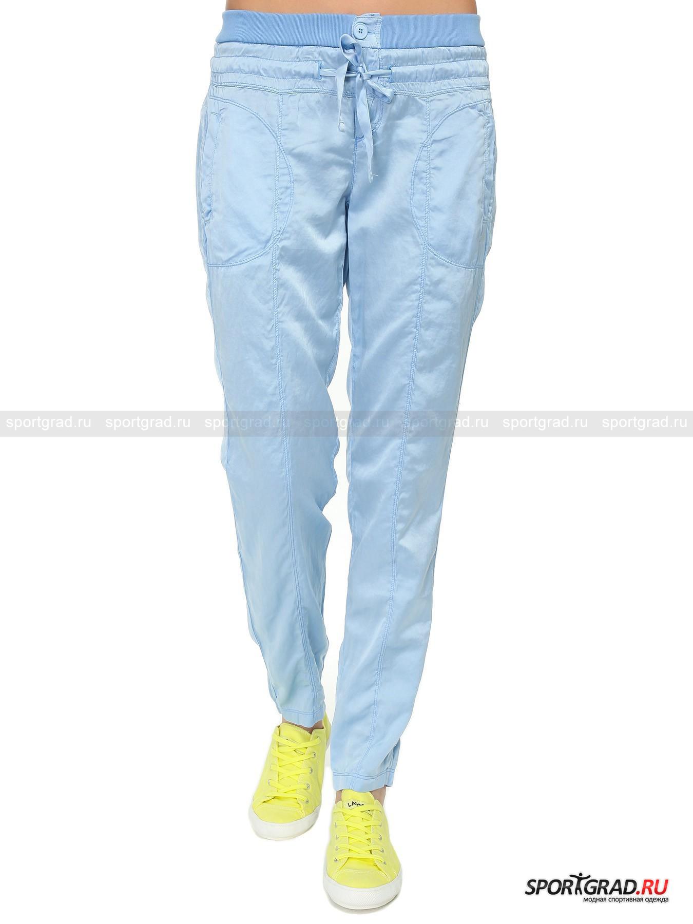 Брюки женские  DEHAБрюки<br>Легкие летние брюки Deha  - очень нежная модель. Ткань, из которой сшиты брюки, наполовину состоит из шелка, что придает материалу приятный матовый блеск и гладкость. Штанины скроены из трех частей для лучшего облегания ног. Модель имеет трикотажный пояс, обеспечивающий комфортную посадку, застежку-молнию и пуговицу,  а также кулиску с шелковой лентой, обхватывающей бедра. Сзади есть два кармана-обманки, а вот карманы спереди вполне настоящие, хоть  и неглубокие. Рядом с левым карманом находится аппликация в виде логотипа марки Deha.<br><br>Пол: Женский<br>Возраст: Взрослый<br>Тип: Брюки<br>Рекомендации по уходу: стирка в теплой воде до 30 С; не отбеливать; гладить слегка нагретым утюгом (температура до 120 C); химчистка запрещена; нельзя выжимать и сушить в стиральной машине<br>Состав: 51% шелк, 49% хлопок