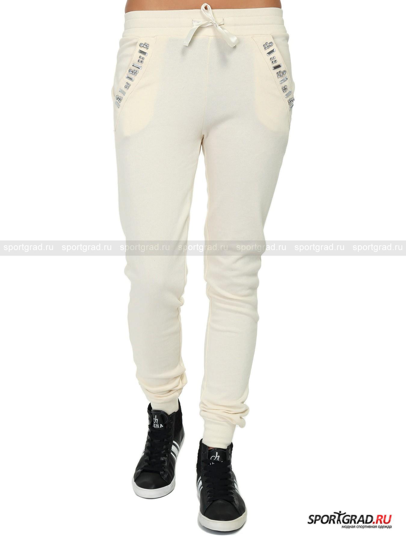 Брюки женские спортивные Pants DEHA со стразамиБрюки<br>Шикарные спортивные брюки Pants DEHA – модель для тех девушек, которые привыкли даже на пробежке или на занятии в спортивном зале выглядеть роскошно. Брюки смотрятся празднично благодаря узору из крупных страз, вышитому на прорезных карманах. Пояс регулируется с помощью красивой глянцевой ленты, кокетка обеспечивает комфортную посадку на бедрах. Штанины имеют зауженный крой, подчеркивающий стройность ваших ног, и заканчиваются трикотажными манжетами, которые плотно обхватывают щиколотки для большего удобства во время занятий.<br><br>Пол: Женский<br>Возраст: Взрослый<br>Тип: Брюки<br>Рекомендации по уходу: стирка в теплой воде до 30 С; не отбеливать; гладить слегка нагретым утюгом (температура до 120 C); только сухая чистка; нельзя выжимать и сушить в стиральной машине<br>Состав: 100% хлопок