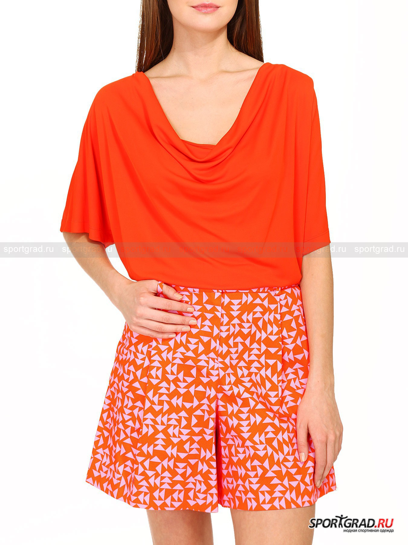 Блуза женская ICEBERGФутболки<br>Эта сшитая из 100% вискозы лёгкая летняя блуза ICEBERG выполнена в стиле винтаж и станет весьма оригинальным дополнением Вашего модного имиджа. Она имеет свободный крой, широкие рукава и горловину и будет отлично сочетаться с шортами, юбками и брюками. Прохлада вискозы непременно будет оценена Вами по достоинству, особенно в самую жаркую погоду.<br><br>Пол: Женский<br>Возраст: Взрослый<br>Тип: Футболки<br>Рекомендации по уходу: Деликатная химчистка<br>Состав: 100% вискоза