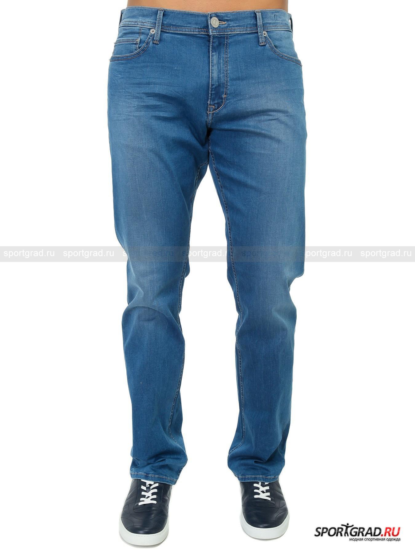 Джинсы мужские JAKE BOGNER JEANSБрюки<br>Оригинальные винтажные джинсы BOGNER JEANS зауженного кроя.  Зауженный по всей длине крой Slim Fit – выбор обладателей гармоничного, атлетического телосложения, привыкших акцентировать внимание на красоте своей фигуры. Эта стильная модель изготовлена из мягкого хлопкового денима стрейтч с очень приятной телу фактурой. <br>Джинсы имеют:<br>- 5 карманов;<br>- усиленную контрастную прострочку всех швов; <br>- небольшой логотип BOGNER на правом заднем кармане, выполненный из анодированного алюминия; <br>- стильный кожаный ярлык-шлёвку с выдавленной надписью BOGNER JEANS на поясе;<br>- изысканную металлическую фурнитуру с символикой BOGNER.<br><br>Пол: Мужской<br>Возраст: Взрослый<br>Тип: Брюки<br>Рекомендации по уходу: Деликатная ручная стирка при температуре 30 градусов, щадящий ручной отжим, гладить при температуре до 110 градусов.<br>Состав: 88% хлопок, 8% полиэстер, 4% эластан