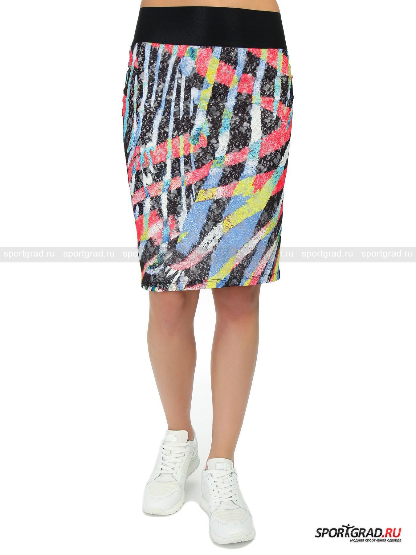 Юбка женская с кружевом JUST CAVALLIЮбки<br>Великолепная юбка от Just Cavalli – пьянящее сочетание хулиганской дерзости и утонченной женственности. Модель состоит из двух слоев: атласно блестящей эластичной белой основы и  тонкого прозрачного кружевного полотна, украшенного вышивкой и ярким разноцветным принтом. Юбка имеет универсальный фасон «карандаш», который идет практически всем,  и достаточно целомудренную длину. Застежек здесь нет, вещь держится на бедрах благодаря широкому эластичному поясу из гофрированного черного материала.<br><br>Пол: Женский<br>Возраст: Взрослый<br>Тип: Юбки<br>Рекомендации по уходу: ручная стирка; не отбеливать; гладить при низкой температуре (до 110 C); только сухая чистка; нельзя выжимать и сушить в стиральной машине<br>Состав: 96% полиэстер, 4% эластан
