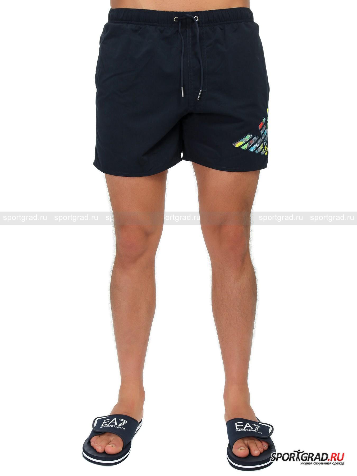 Шорты мужские EMPORIO ARMANIШорты, Велосипедки<br>Сшитые из мягкой быстросохнущей ткани плавательные шорты Emporio Armani. Материал с матовой фактурой, из которого они выполнены, очень приятен на ощупь и весьма долговечен. Шорты имеют 2 прорезных кармана, плотный притачной пояс со шнурком, сетчатые трусы и аккуратные вырез по бокам снизу. Модель дополнена стильной металлической фурнитурой с символикой Emporio Armani и оригинальной цветной эмблемой Giorgio Armani спереди.  <br><br>Полуобхват пояса: 39 (размер48).<br><br>Пол: Мужской<br>Возраст: Взрослый<br>Тип: Шорты, Велосипедки<br>Рекомендации по уходу: Деликатная ручная стирка при температуре 30 градусов, щадящий ручной отжим, сушить в тени.<br>Состав: 100% полиэстер