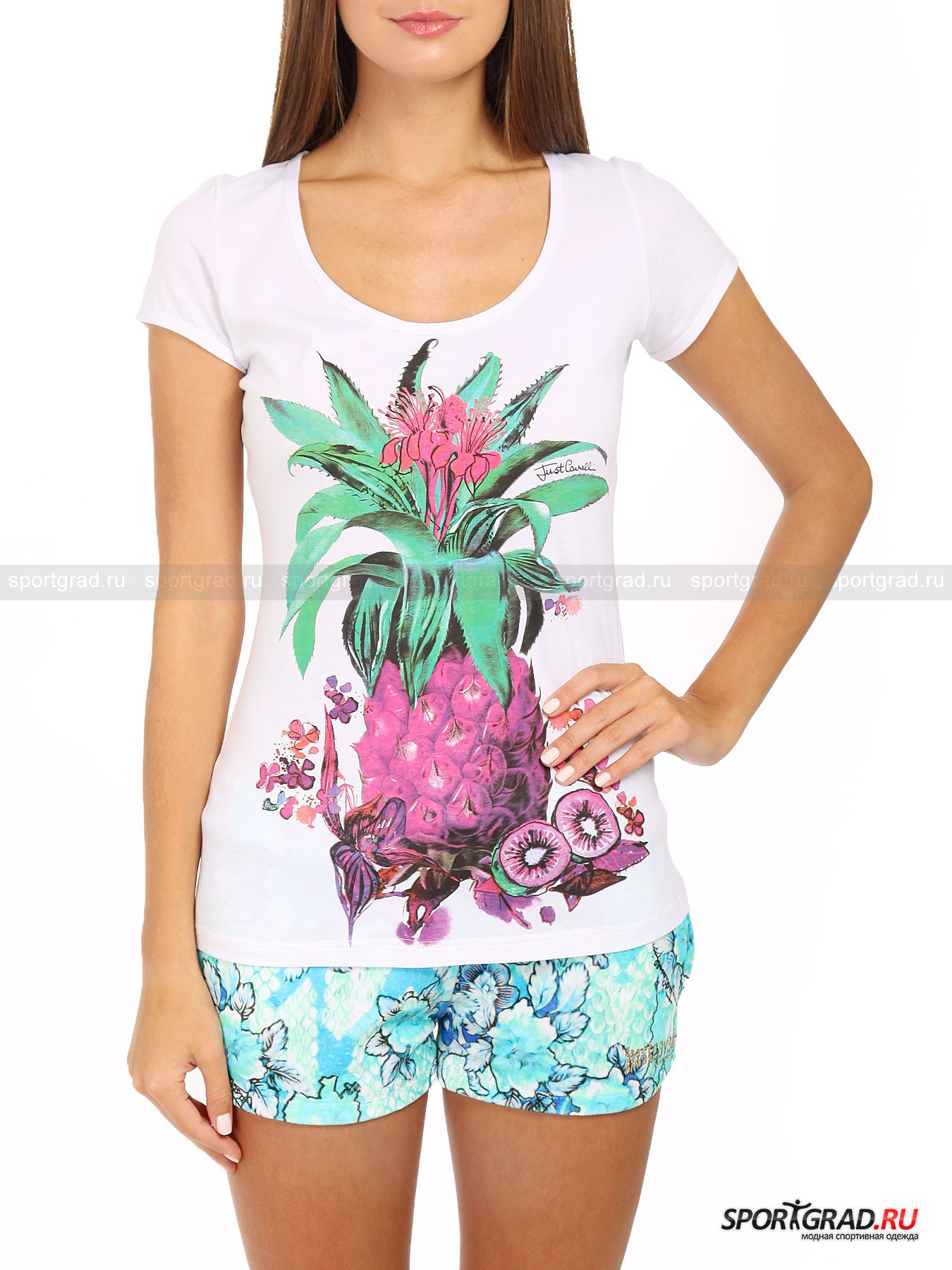 Футболка женская JUST CAVALLIФутболки<br>Собираясь в отпуск, не забудьте положить в чемодан простую белую футболку с забавным принтом. Это универсальная вещь, которая сочетается с чем угодно и подойдет как для похода на пляж или на обед так и для вечернего променада по набережной или дискотеки в клубе. Конечно, футболку следует выбирать только обладающую превосходным качеством – таким, как у вещей бренда Just Cavalli. <br>Особенности модели;<br>- приталенный фасон;<br>- короткие рукава;<br>- глубокий круглый вырез горловины;<br>- принт с изображением фруктов;<br>- надпись Just Cavalli Beachwear на спине у ворота.<br><br>Пол: Женский<br>Возраст: Взрослый<br>Тип: Футболки<br>Рекомендации по уходу: стирка в холодной воде при 30 С; не отбеливать; гладить при низкой температуре (до 110 C); химчистка запрещена; нельзя выжимать и сушить в стиральной машине<br>Состав: 100% хлопок