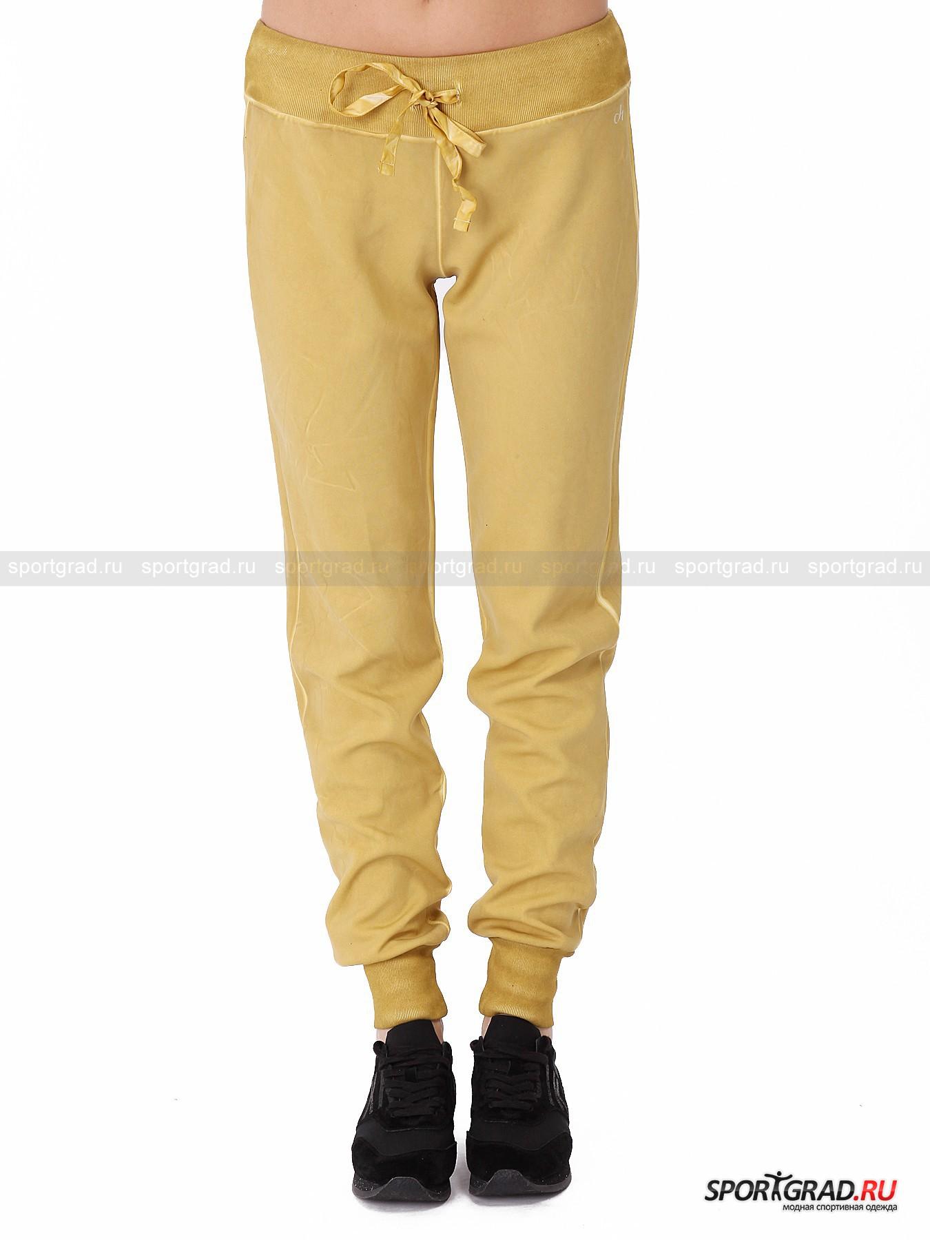 Брюки женские Slim Jogging Pants DEHAБрюки<br>Интересные штаны Slim Jogging Pants Deha предназначены прежде всего для бега, но внешний вид вполне позволяет носить их и в обычной жизни. Брюки выполнены в винтажном стиле: они выкрашены таким образом, чтобы специально создать заломы и потертости на ткани, а также немного «грязный» цвет. Материал, из которого сделана модель, эластичный, гладкий на ощупь и приятный к телу.<br><br>Особенности модели:<br>- пояс на резинке с кулиской и регулирующей лентой;<br>- манжеты внизу штанин;<br>- два накладных кармана сзади;<br>- фирменный логотип Deha.<br><br>Пол: Женский<br>Возраст: Взрослый<br>Тип: Брюки<br>Рекомендации по уходу: стирка в теплой воде до 30 С; не отбеливать; гладить слегка нагретым утюгом (температура до 110 C); только сухая чистка; нельзя выжимать и сушить в стиральной машине<br>Состав: 94% полиэстер, 6% эластан