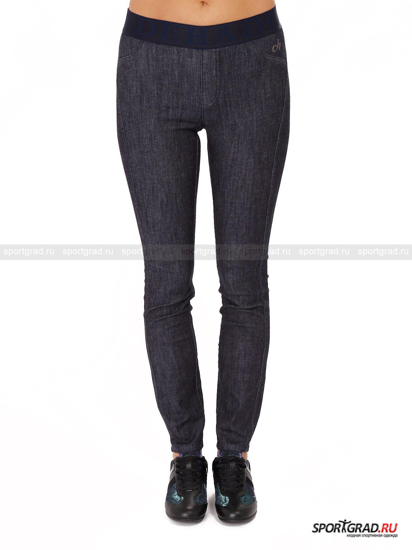 Брюки женские Slim fit Pants DEHAБрюки<br>Простые брюки из джинсовой ткани Slim Fit Pants Deha садятся точно по ноге, не создавая излишний объем. Материал довольно тонкий, но при этом плотный, он прекрасно тянется, обеспечивая свободу движений. Модель не имеет застежек, она держится при помощи эластичного пояса, декорированного по периметру повторяющейся надписью Deha. Карманов и ширинки здесь тоже нет, присутствует лишь имитация-обманка. Зато сзади выделяется округлая кокетка, которая визуально делает ягодицы более круглыми и подтянутыми. Единственный декоративный элемент – фирменный логотип марки, выложенный стразами.<br><br>Пол: Женский<br>Возраст: Взрослый<br>Тип: Брюки<br>Рекомендации по уходу: стирка в теплой воде до 30 С; не отбеливать; гладить слегка нагретым утюгом (температура до 110 C); только сухая чистка; нельзя выжимать и сушить в стиральной машине<br>Состав: 96% хлопок, 4% эластан