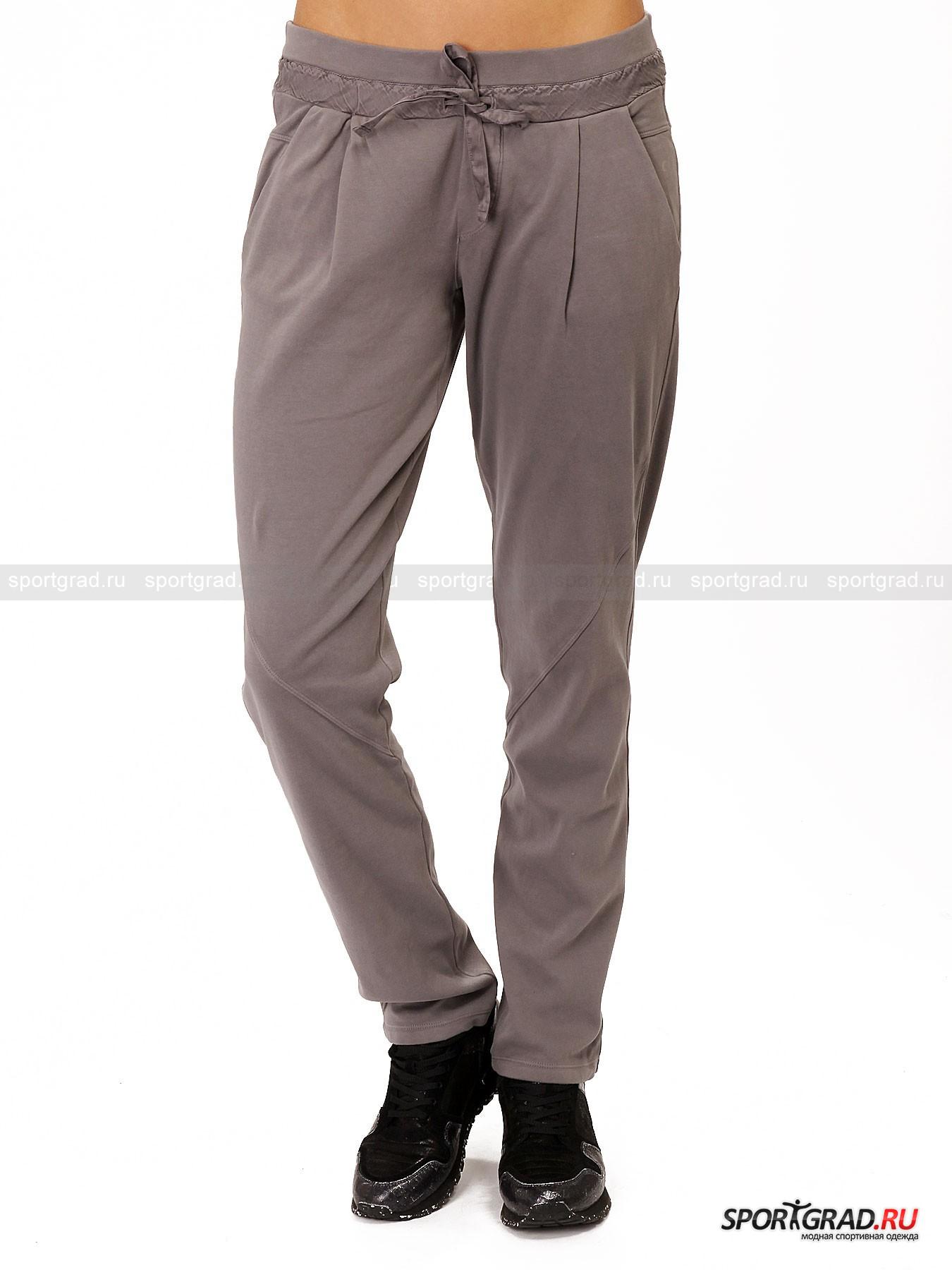 Брюки женские Pants DEHAБрюки<br>Хлопковые брюки в спортивном стиле Pants Deha окажутся полезным приобретение для любой девушки, ведущей активный образ жизни. Они прекрасно подойдут для спорта на свежем воздухе, так как благодаря удобному покрою не мешают свободе движений. Но также брюки можно носить и в обычной жизни, например отправляясь на шопинг, прогулку или на отдых в загородный дом. Как и всегда у Deha, эта простая модель отличается интересной деталью – пояс по периметру обхватывает вставка из гладкого материала, в который встроена кулиска.<br><br>Особенности модели:<br>- прямой крой;<br>- регулирующая лента-утяжка;<br>- пояс на резинке;<br>- карманы-обманки сзади;<br>- два кармана спереди;<br>- декоративные швы в районе колен;<br>- нашивка с надписью Deha на пояснице.<br><br>Пол: Женский<br>Возраст: Взрослый<br>Тип: Брюки<br>Рекомендации по уходу: стирка в теплой воде до 30 С; не отбеливать; гладить слегка нагретым утюгом (температура до 110 C); только сухая чистка; нельзя выжимать и сушить в стиральной машине<br>Состав: 100% хлопок