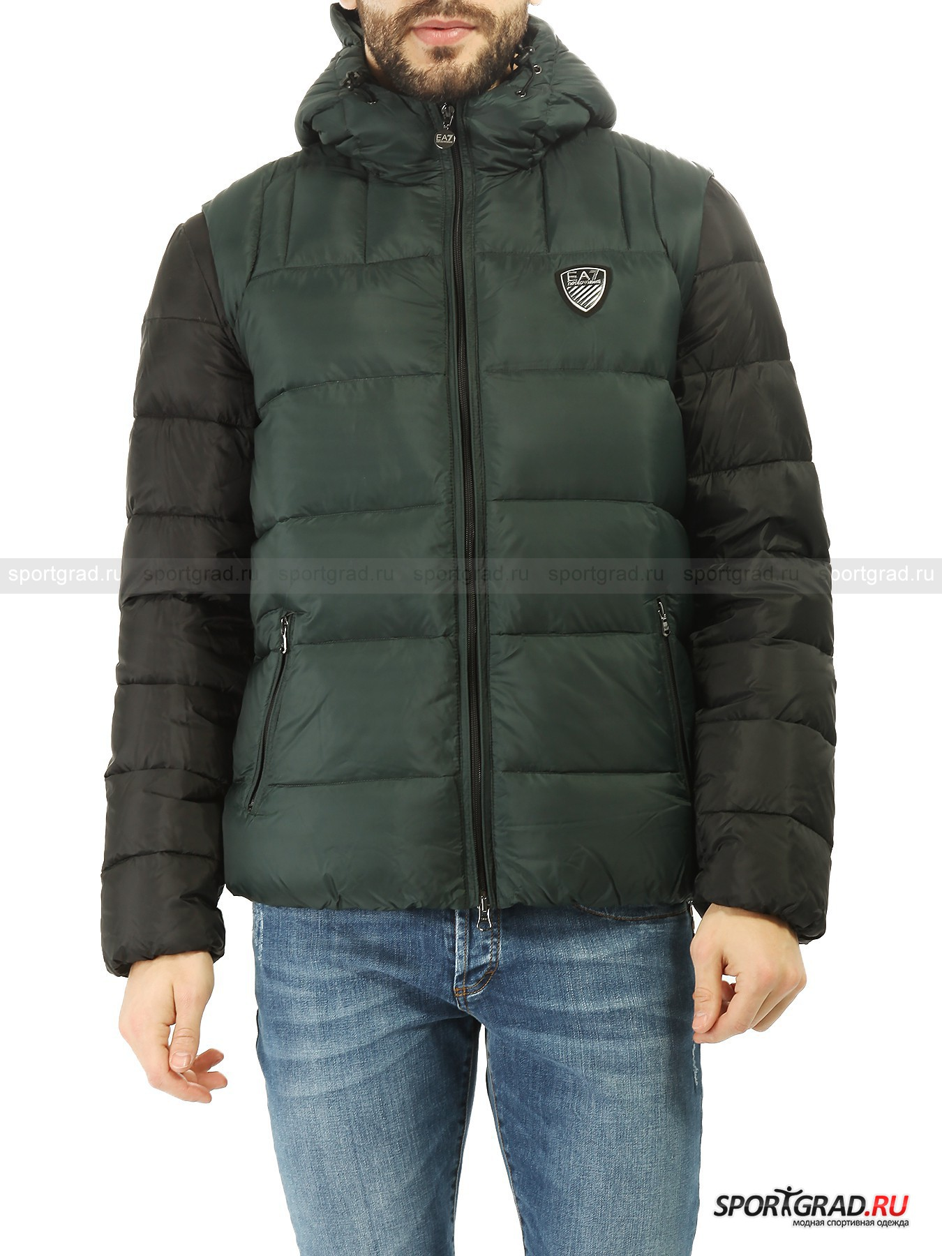 Куртка-жилет для мужчин Mountain Double Down Jacket EA7 EMPORIO ARMANIПуховики<br>Потрясающий пуховик Mountain Double Down Jacket EA7 Emporio Armani – это сразу три вещи по цене одной. Пуховки представляет собой лаконичную черную куртку, поверх которой надет зеленый жилет. Они состегиваются между собой при помощи молний, которые при желании молнии можно расстегнуть и носить эти предметы отдельно. Очень выгодное приобретение для зимы и межсезонья.<br><br>И куртка, и жилет застегиваются на молнии, имеют по два внешних кармана и по одному внутреннему и декорированы фирменными нашивками EA7. Куртка также снабжена воротником-стойкой, а жилет – капюшоном с утяжками.<br><br>Пол: Мужской<br>Возраст: Взрослый<br>Тип: Пуховики<br>Рекомендации по уходу: деликатная стирка при температуре до 30 С; нельзя отбеливать, подвергать химической чистке, сушить в стиральной машине; можно гладить при температуре до 110 С<br>Состав: 100% полиамид; наполнитель 90% пух, 10% перо