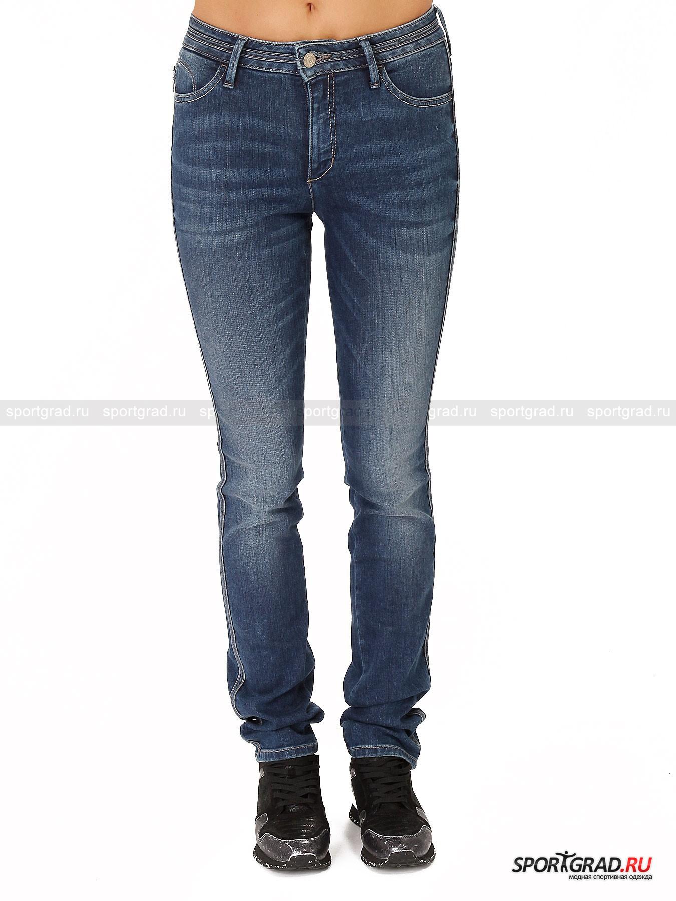 Джинсы женские BOGNER JEANS X Candiani Supershape N-DenimБрюки<br>Bogner Jeans всегда открыт к сотрудничеству, если это принесет действительно качественный и полезный потребителю продукт. Таким союзом и стала совместная работа с компанией Candiani.<br><br>Модель Supershape – коллаборация с Candiani, фирмой, которая занимается производством денима N-Denim. Это премиальный материал родом из Италии, предназначенный специально для пошива джинсов. Главной особенностью производства денима на итальянских фабриках стал метод обработки ткани азотом, что обеспечивает уникальное осветление первоначального цвета индиго. <br><br>•Зауженный крой<br>•Застегиваются на металлическую пуговицу и молнию<br>•5 карманов <br>•Скрытый пятый карман на молнии<br>•Эластичный материал изготовления<br>•Фирменный логотип компании на кожаной вставке сзади в районе талии и на правом заднем кармане<br><br>Пол: Женский<br>Возраст: Взрослый<br>Тип: Брюки<br>Рекомендации по уходу: Деликатная стирка при 40С, не отбеливать, не сушить в барабане стиральной машины, гладить при температуре 110С, химчистка разрешена.<br>Состав: 92% хлопок/6% эластомултиестер/2%эластан.