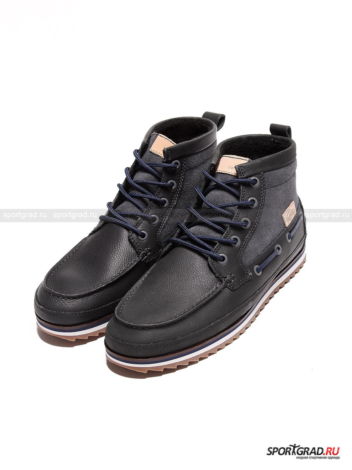 Ботинки мужские с мехом Sauville Mid 8 SRM LACOSTEБотинки<br>Оригинальная модель мужских ботинок Sauville Mid 8 SRM Lacoste представляет собой удивительный симбиоз добротной и теплой обуви для холодного времен года и мокасин-топсайдеров, более привычных в летних образах. О топсайдерах напоминают характерные особенности дизайна: прострочка носа, волнистая подошва и кожаный шнурок, протянутый по бокам.  Внутри ботинки утеплены искусственным мехом. Кожа, из которой они сделаны, невероятно мягкая, она точно не сможет натереть ноги. Технологичная стелька Ortholite обеспечит отсутствие неприятного запаха и хорошую амортизацию.<br><br>Особенности модели:<br>- уплотненная пятка;<br>- шнуровка;<br>- «язычок» из замши, украшенный нашивкой с надписью Lacoste;<br>- фирменный логотип на боку.<br><br>Пол: Мужской<br>Возраст: Взрослый<br>Тип: Ботинки<br>Рекомендации по уходу: Стандартный уход за кожаной обувью. Нельзя мыть водой<br>Состав: Натуральная кожа, замша. Внутри искуственный мех.