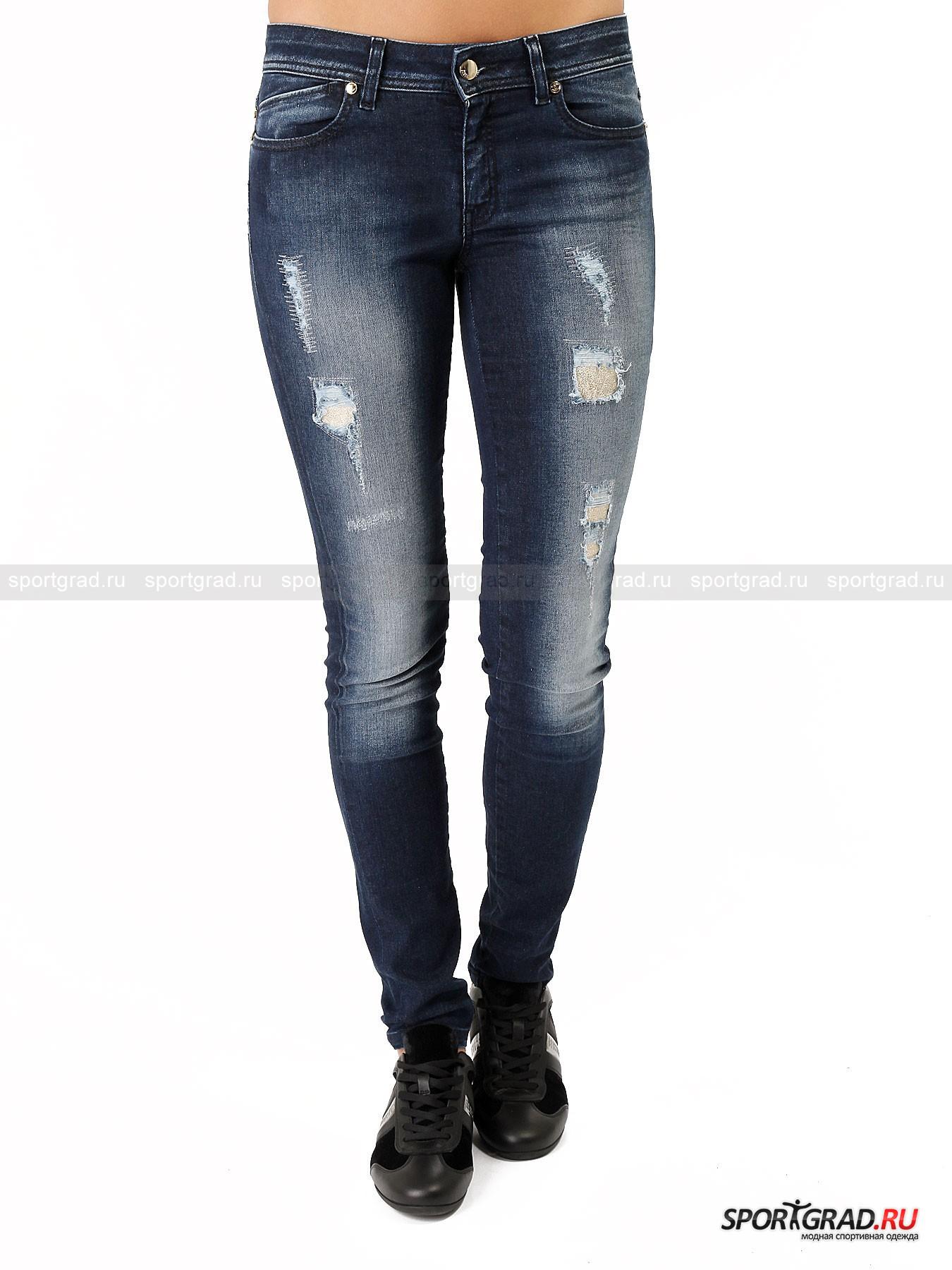 Джинсы женские с заплатками JUST CAVALLIБрюки<br>Обычные темно-синие джинсы фасона «скинни» в исполнении марки Just Cavalli выглядят стильно и необычно, так как дополнены заметными интересными деталями. Кроме модных потертостей они имеют эффектные дыры, заполненные блестящими золотистыми кожаными вставками. Это придает модели нарядности, так что такие джинсы вполне можно надеть  и на вечеринку, тем более что садятся они просто безупречно и идеально подчеркивают все достоинства фигуры.<br><br>Особенности модели:<br>- зауженный крой;<br>- застежка-молния и пуговица;<br>- традиционные пять карманов;<br>- шлевки для ремня;<br>- кокетка на пояснице;<br>- один из задних карманов украшают объемные буквы Just Cavalli.<br><br>Пол: Женский<br>Возраст: Взрослый<br>Тип: Брюки<br>Рекомендации по уходу: стирка в теплой воде до 30 С; не отбеливать; гладить при средней температуре (до 150 C); химчистка запрещена; нельзя выжимать и сушить в стиральной машине<br>Состав: 90% хлопок, 8% эластомультиэстер, 2% эластан; вставки 100% кожа