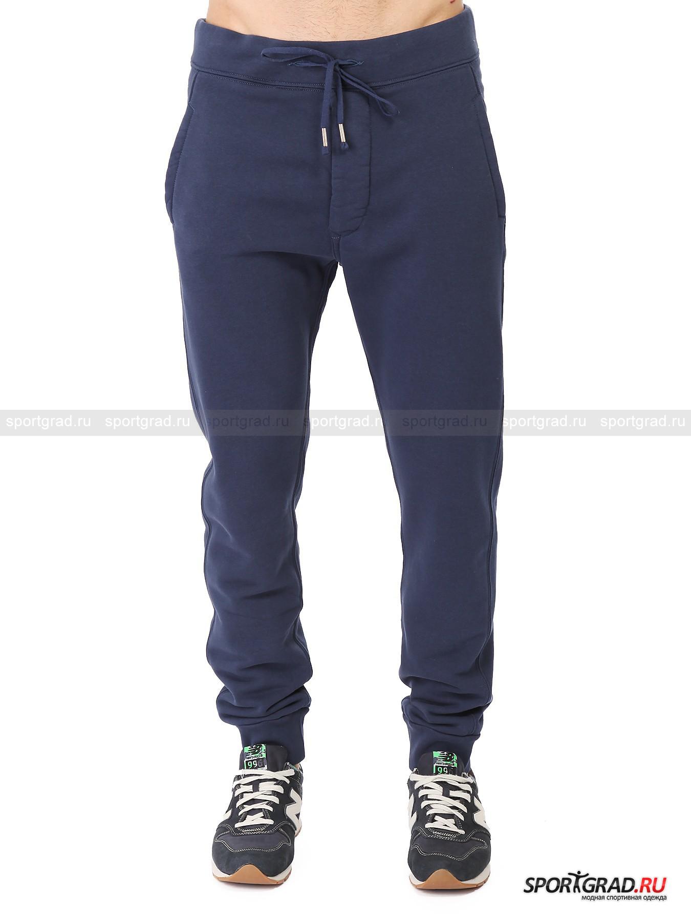 Брюки мужские Small Logo Pants 3SIXTYFIVEБрюки<br>Спортивные мужские брюки Small Logo Pants 3SIXTYFIVE – отличный выбор для тех, кто в обычной жизни предпочитает свободную и раскрепощенную одежду. К ним присоединятся спортсмены, когда узнают, насколько это качественный и удобный продукт. Изготовленная на основе хлопка модель отлично сидит по фигуре, не доставляет какого-либо дискомфорта и не мешает свободе движений. Добавление в состав частиц полиэстера наделяет данные штаны долговечностью и износостойкостью. Стильный и аккуратный силуэт дополняет образ.<br><br>•Широкая резинка в районе талии и манжет штанин<br>•Шнурки-утяжки на поясе<br>•Застежка на металлических кнопках<br>•Два набедренных кармана и один задний<br>•Свободный крой, слегка зауженный к низу<br>•Фирменный логотип компании в районе правого карман<br><br>Пол: Мужской<br>Возраст: Взрослый<br>Тип: Брюки<br>Рекомендации по уходу: Деликатная стирка при 30С, не отбеливать, гладить при температуре не выше 110С, химчистка разрешена, не сушить в барабане стиральной машины.<br>Состав: 90% хлопок, 10% полиэстер