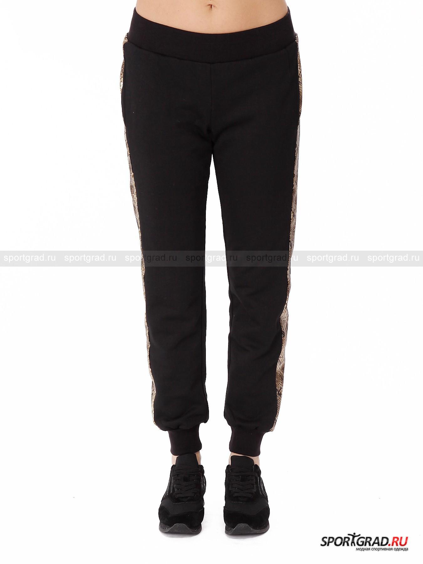 Брюки женские Pants DEHAБрюки<br>Одежда от итальянского бренда Deha представляет собой умелый микс комфорта, женственности и интересных деталей, которые делают обычные на первый взгляд вещи броскими и эффектными. В  исполнении Deha черные брюки в спортивном стиле вполне могут превратиться в наряд для вечеринки.<br><br>Представленная на этой странице модель Pants Deha именно такая. Брюки легко надеваются и очень удобно сидят, так как не имеют застежек, а держатся за счет эластичного пояса и трикотажных манжет внизу штанин. Эта вещь выглядела бы довольно скромно и буднично, если бы не золотистые лампасы по бокам с принтом, имитирующим окрас кожи рептилии. Все полотно покрыто небольшими пайетками, которые сияют и переливаются. Штаны также снабжены четырьмя карманами, один из которых украшен выложенной стразами надписью Deha. Внутри «петельчатая» подкладка.<br><br>Пол: Женский<br>Возраст: Взрослый<br>Тип: Брюки<br>Рекомендации по уходу: стирка в теплой воде до 30 С; не отбеливать; гладить слегка нагретым утюгом (температура до 110 C); только сухая чистка; нельзя выжимать и сушить в стиральной машине<br>Состав: основной материал 55% хлопок, 45% полиэстер; детали 65% полиэстер, 35% хлопок