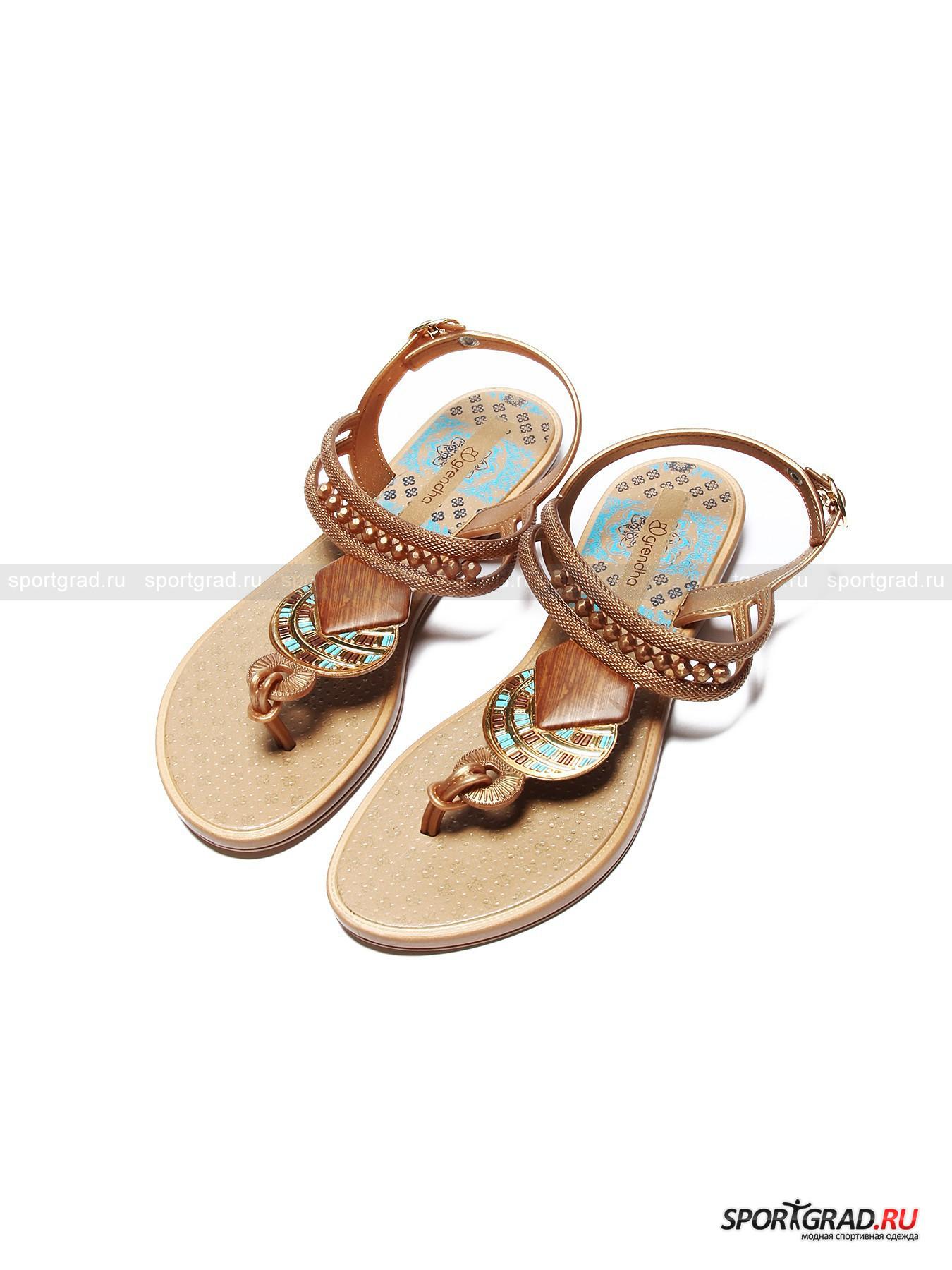 Сандалии женские Tribal Sandal  GRENDHAСандалии<br>Очаровательные сандалии с «восточными» элементами дизайна Tribal Sandal Grendha выступают в первую очередь в качестве пляжной обуви, но вполне подойдут и для ношения в городе в жаркую погоду. Они изготовлены из высококачественного синтетического материала, полученного из вторсырья, что несомненно придется по вкусу всем, кто заботится об экологии планеты. Материал этот гибок, эластичен, комфортен в носке и не боится воды.<br>Особенности модели:<br>- объем ремешка на щиколотке регулируется;<br>- подошва гибкая и не совсем плоская – есть небольшой каблучок;<br>- декоративные элементы сияют на свету.<br><br>Пол: Женский<br>Возраст: Взрослый<br>Тип: Сандалии<br>Рекомендации по уходу: Мыть водой с мягким чистящим средством.<br>Состав: Синтетические материалы.