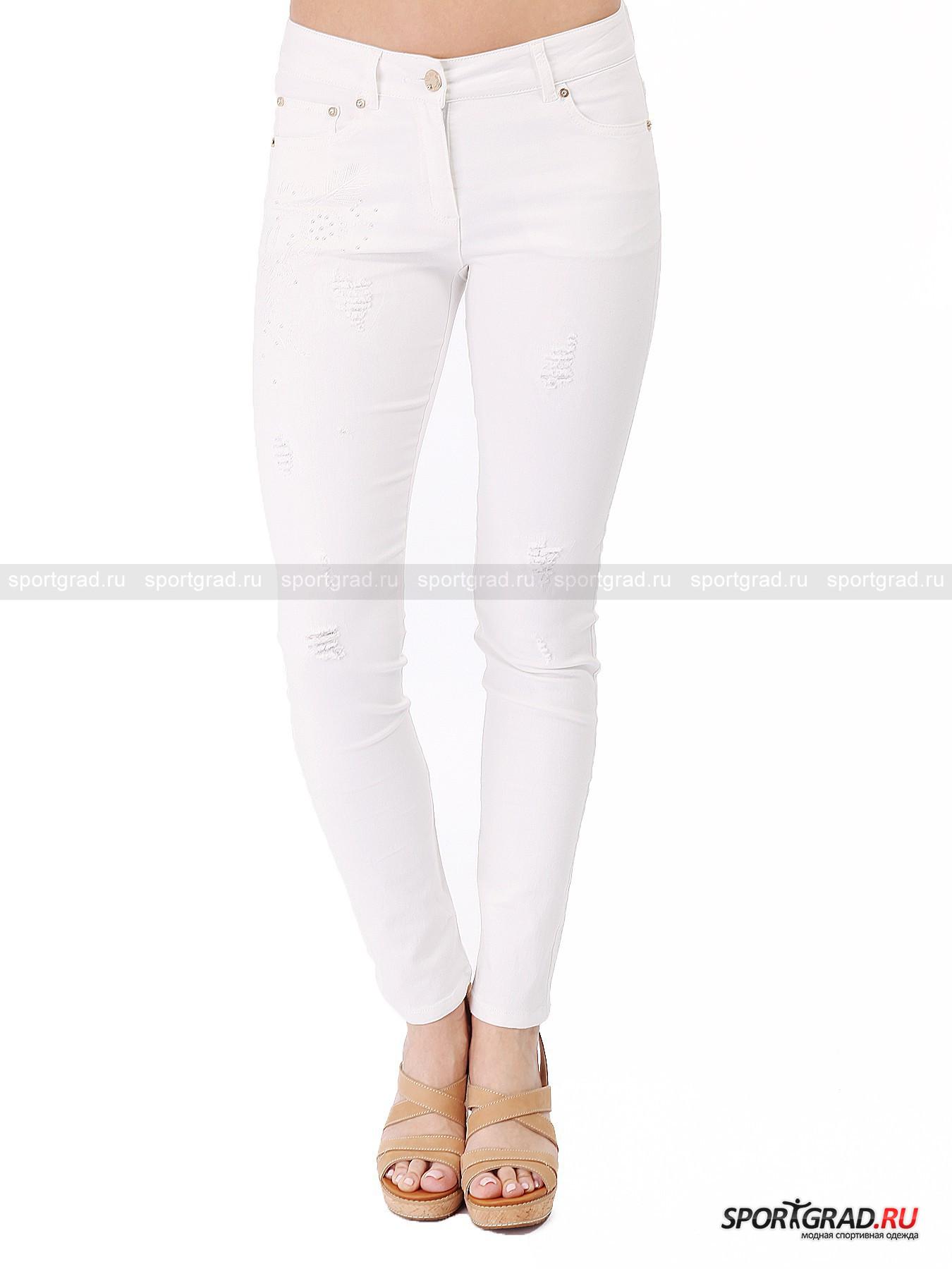 Брюки женские Lorenza SPORTALMБрюки<br>Белоснежные брюки Lorenza Sportalm- отличный вариант для лета. Белый цвет сейчас на пике моды, и к тому же оставляет простор для фантазии, позволяя сочетать с такими штанами практически любой «верх». Ткань брюк довольно тонкая  и очень эластичная, они превосходно сидят, подчеркивая все достоинства фигуры. Декоративные элменты, такие как вышивка, аппликация объемными белыми стразами и «художественные» потертости и дырки, придают вещи налет стильной небрежности и делают ее еще более интересной.<br><br>Особенности модели:<br>- застежка-молния и пуговица;<br>- пять карманов;<br>- петли для ремня;<br>- кокетка на пояснице;<br>- декоративные «кнопки» около карманов, украшенные стразами;<br>- зауженный крой.<br><br>Пол: Женский<br>Возраст: Взрослый<br>Тип: Брюки<br>Рекомендации по уходу: стирка в теплой воде до 30 С; не отбеливать; гладить слегка нагретым утюгом (температура до 110 C); химчистка запрещена; можно сушить в стиральной машине при низкой температуре<br>Состав: 65% хлопок, 33% полиэстер, 2% эластан