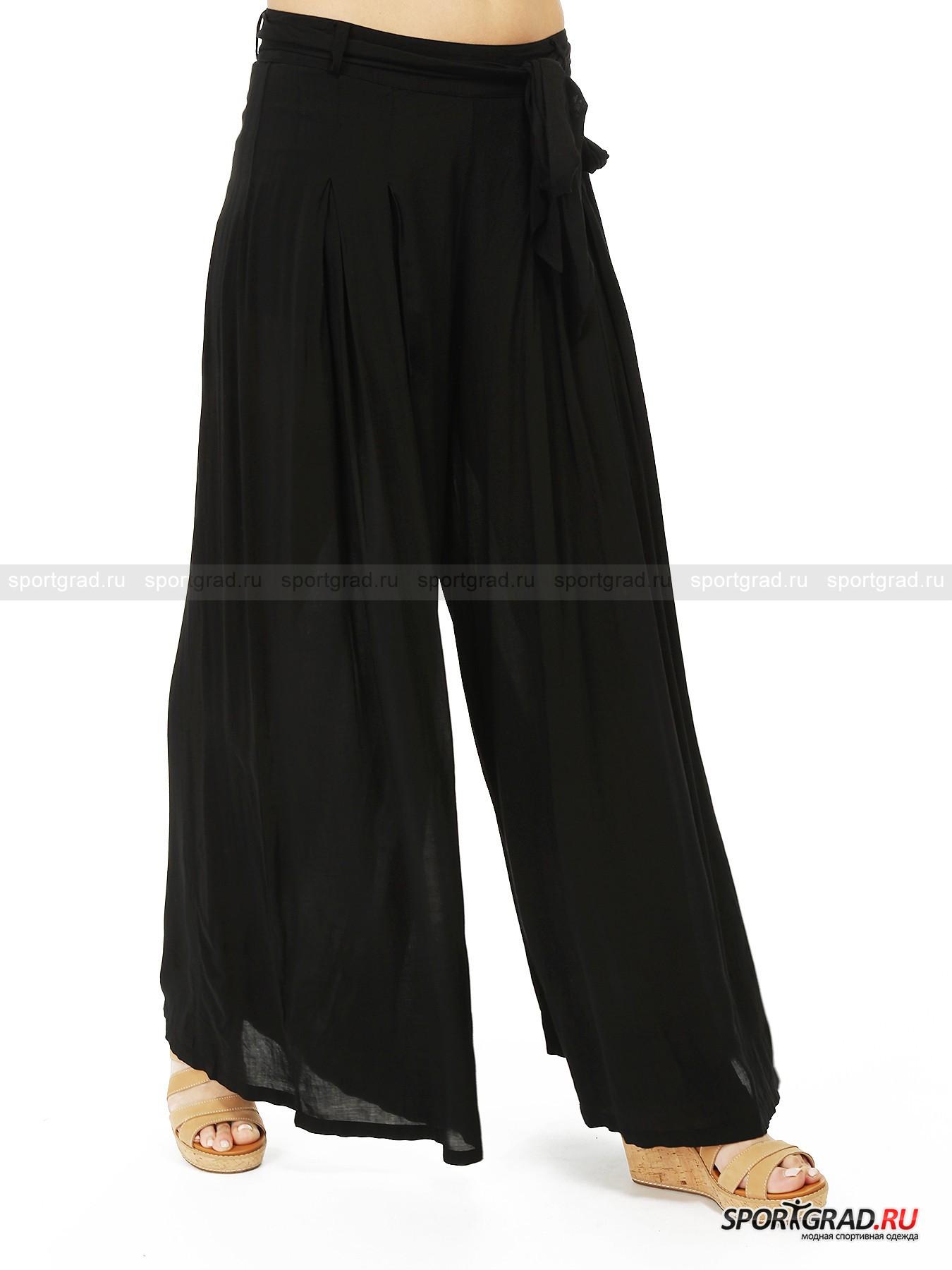 Брюки-юбка Pants DEHAБрюки<br>Брюки с широкими штанинами, напоминающие юбки – хит наступившего весенне-летнего сезона. Такие модели сейчас очень модные, и компания Deha также не прошла мимо тенденции. Результат вы можете видеть на этой странице.<br><br>Брюки изготовлены из тонкого, слегка просвечивающего, красиво драпирующегося и приятного к телу материала. Они будто бы окутывают тело полупрозрачной дымкой, сквозь которую угадываются очертания фигуры. Пояс здесь не растягивается, штаны застегиваются при помощи молнии сзади и дополнительно фиксируются лентой на бедрах.<br><br>Пол: Женский<br>Возраст: Взрослый<br>Тип: Брюки<br>Рекомендации по уходу: стирка в теплой воде до 30 С; не отбеливать; гладить слегка нагретым утюгом (температура до 110 C); химическая чистка сухим способом; нельзя выжимать и сушить в стиральной машине<br>Состав: 100% вискоза