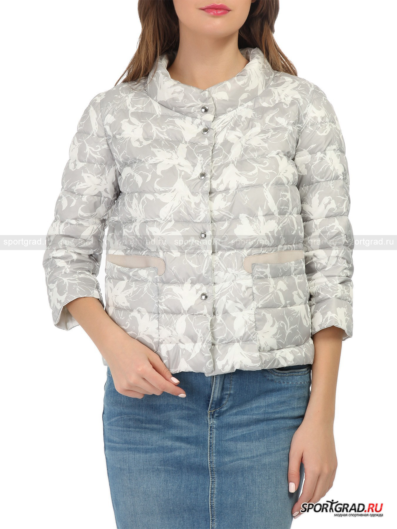 Куртка двусторонняя с утеплителем Emula MABRUNКуртки<br>Изящная невесомая куртка-пуховик Emula Mabrun придаст вашему образу элегантность и утонченность, даже если вы будете носить ее с простыми джинсами и майкой. Куртка имеет две лицевые стороны: одна из них однотонная жемчужно-белая, а другая выполнена в очень интересном серо-коричневом цвета и покрыта изысканным цветочным узором. Модель застегивается на кнопки, с обеих сторон имеются по два кармана.<br><br>Пол: Женский<br>Возраст: Взрослый<br>Тип: Куртки<br>Рекомендации по уходу: стирка в теплой воде до 30 С; не отбеливать; гладить слегка нагретым утюгом (температура до 110 C); химическая чистка сухим способом; нельзя выжимать и сушить в стиральной машине<br>Состав: 100% полиэстер; наполнитель 90% утиный пух, 10% утиное перо