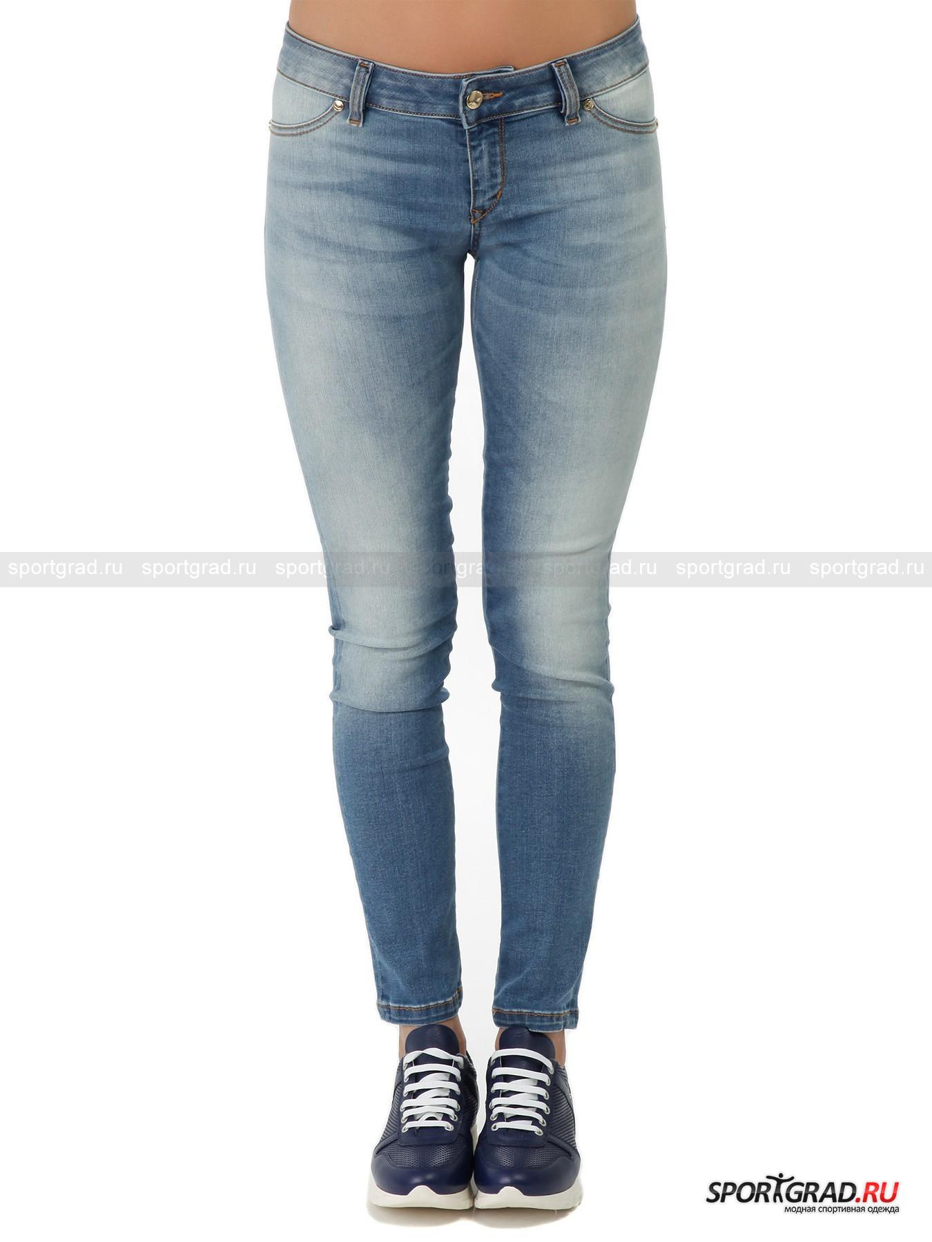 Джинсы женские JUST CAVALLIДжинсы<br>Эластичные и тонкие скинни-джинсы от Just Cavalli для легких летних образов. Вещь изготовлена с присущим бренду премиальным качеством из самых лучших материалов. Джинсы прекрасно сидят, подчеркивая достоинства фигуры. Они застегиваются на молнию и пуговицу и имеют пару карманов сзади, но спереди карманов нет, это лишь имитация. Модель декорирована золотистыми «кнопками», изысканной вышивкой и объемными буквами, складывающимися в название марки.<br><br>Пол: Женский<br>Возраст: Взрослый<br>Тип: Джинсы<br>Рекомендации по уходу: ручная стирка; не отбеливать; гладить слегка нагретым утюгом (температура до 110 C); химическая чистка запрещена; нельзя выжимать и сушить в стиральной машине<br>Состав: 90% хлопок, 8% эластомультиэстер, 2% эластан