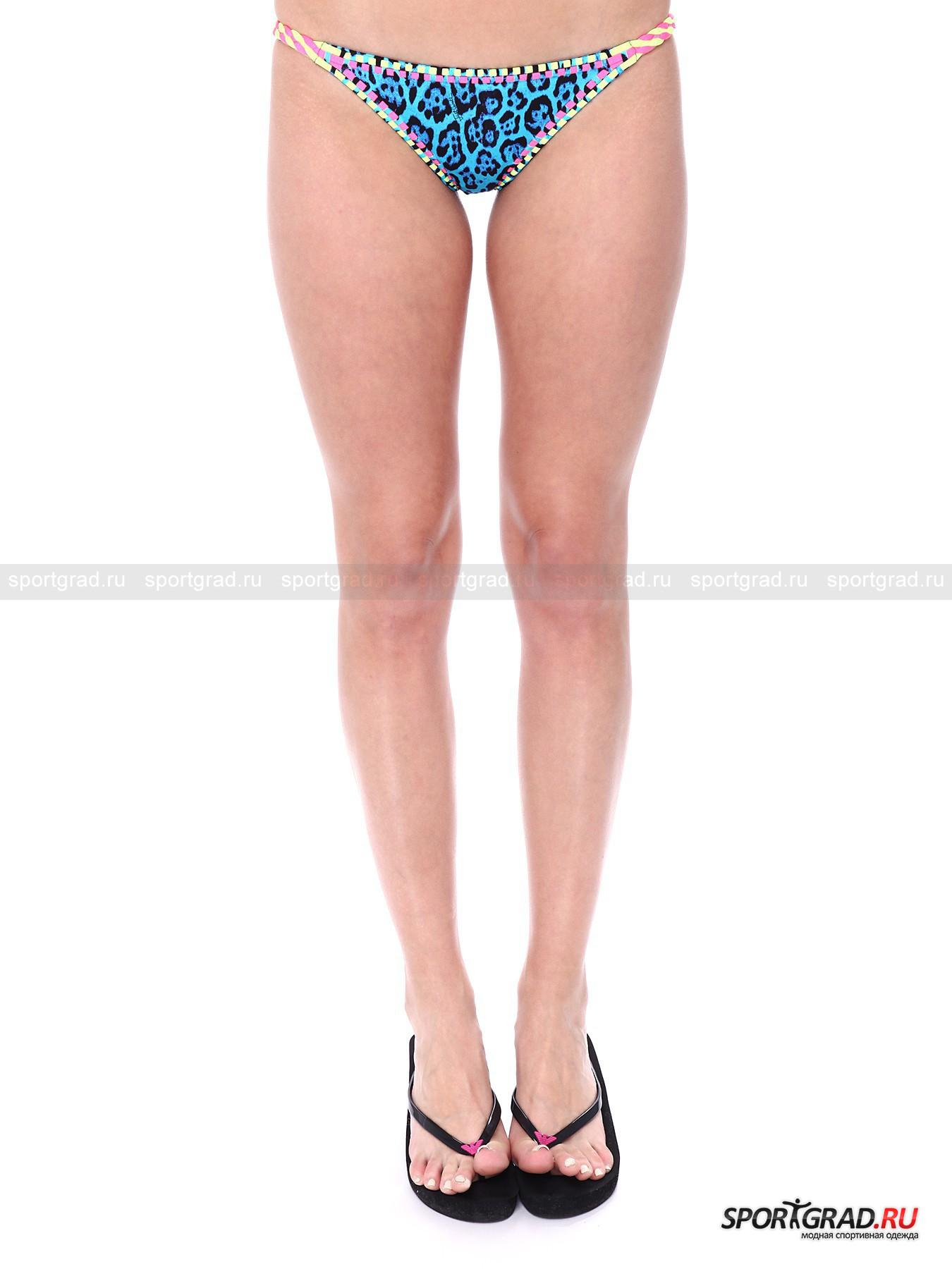 Плавки женские JUST CAVALLIКупальники, Плавки<br>Микроскопические соблазнительные плавки Just Cavalli выглядят весьма смело. Помимо интенсивного синего цвета и «леопардового» принта они снабжены также яркой неоновой отделкой, очень модной в этом сезоне. По бокам веревочки, заплетенные «косичкой», сзади модель имеет форму треугольника, то есть закрывает ягодицы только наполовину.<br><br>Пол: Женский<br>Возраст: Взрослый<br>Тип: Купальники, Плавки<br>Рекомендации по уходу: ручная стирка; нельзя отбеливать, гладить, подвергать химической чистке, выжимать и сушить в стиральной машине<br>Состав: 82% нейлон, 18% эластан
