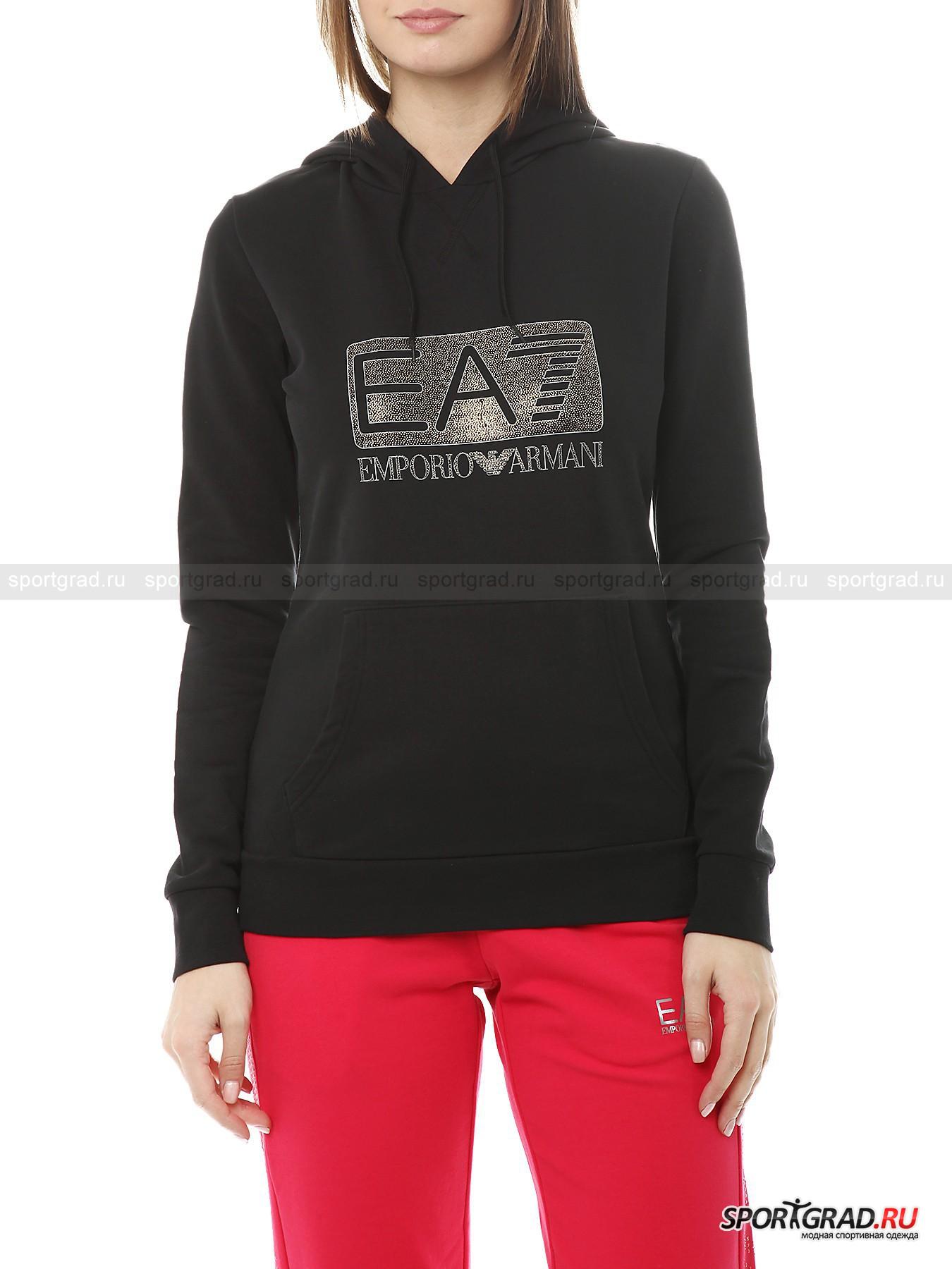 """Толстовка женская EA7 EMPORIO ARMANIТолстовки<br>Лаконичная черная толстовка с капюшоном от EA7 Emporio Armani станет очень полезным приобретением для переменчивой осенней погоды. Это универсальная модель, которая пригодится и любительницам спорта, и просто девушкам, предпочитающим одеваться в стиле casual или спорт-шик. <br><br>Владелица толстовки непременно произведет впечатление на окружающих своим отменным вкусом - это простая, но вместе  с тем эффектная модель отлично сидит по фигуре и привлекает внимание роскошным золотистым логотипом на груди. Безупречное качество EA7 Emporio Armani не оставит равнодушным ценителей высококлассных статусных вещей.<br><br>Особенности модели:<br>-большой капюшон с лентами-утяжками;<br>-довольно тонкий эластичный материал;<br>-один карман с двумя прорезями для рук;<br>-""""петельчатая"""" изнанка.<br><br>Пол: Женский<br>Возраст: Взрослый<br>Тип: Толстовки<br>Рекомендации по уходу: стирка в теплой воде до 30 С; не отбеливать; гладить слегка нагретым утюгом (температура до 110 C); химчистка запрещена; можно сушить в стиральной машине при низкой температуре<br>Состав: 95% хлопок, 5% эластан"""